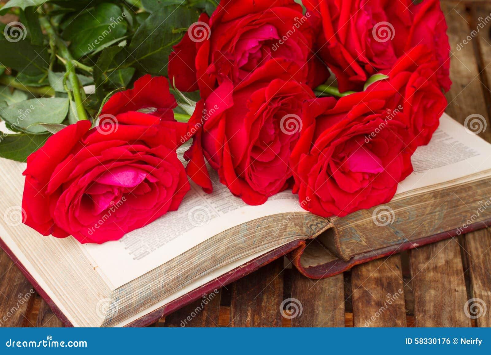Vieux livre avec des roses