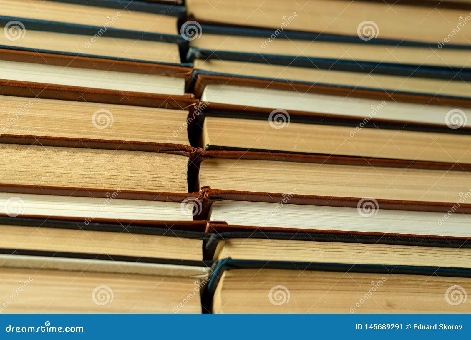 Vieux livres de papier avec les pages jaunies étroitement
