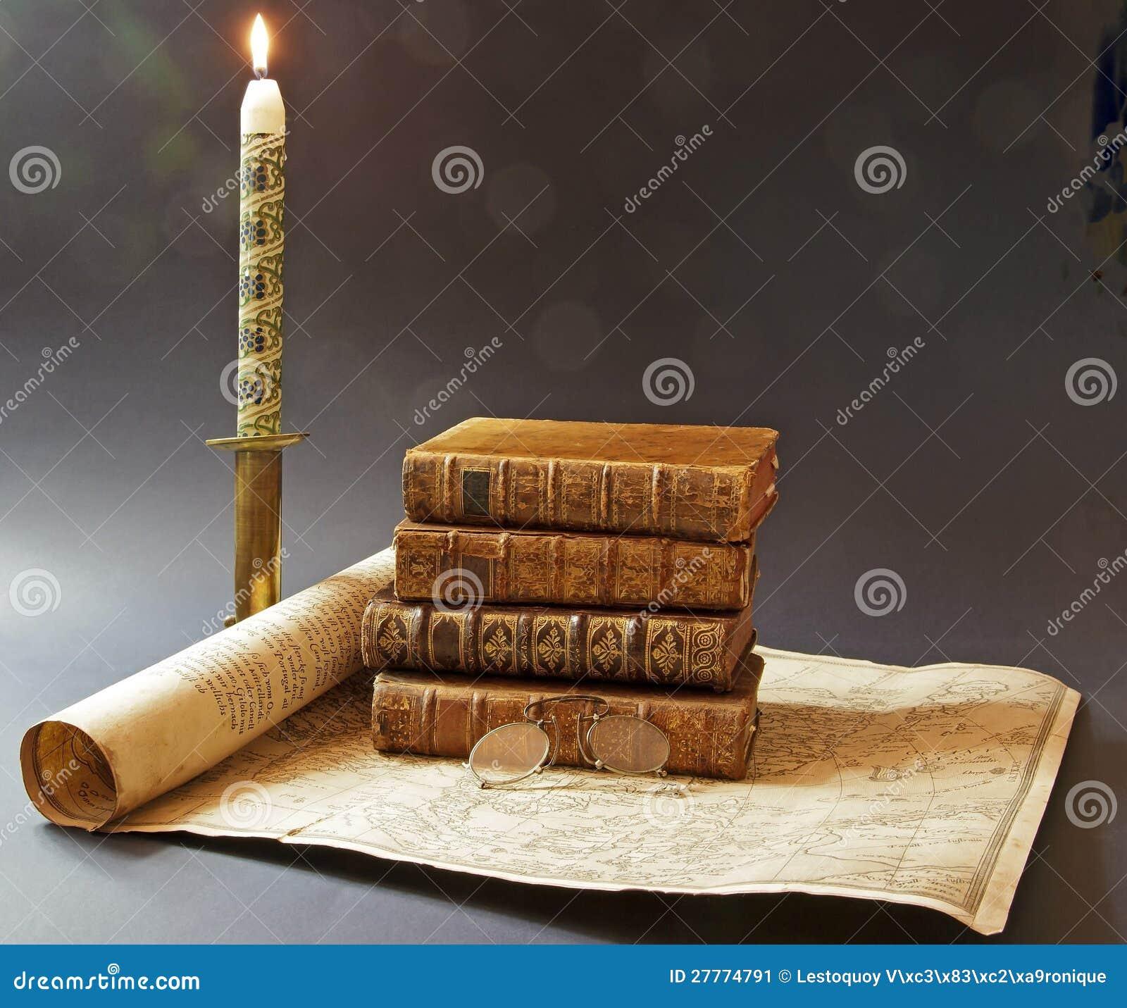Vieux livres et carte de XVIIème siècle