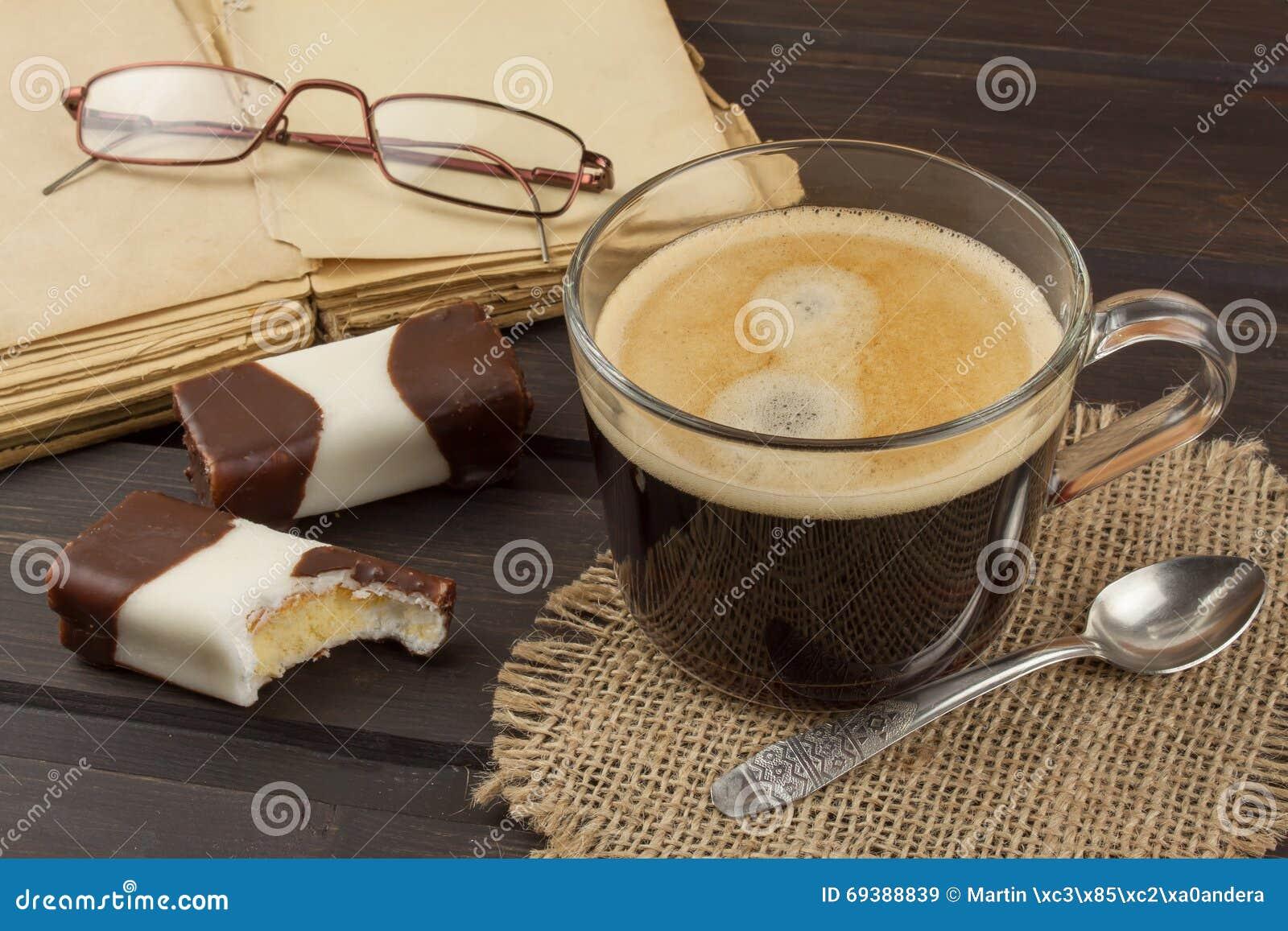 vieux livres eyewear et tasse de caf sur une table en. Black Bedroom Furniture Sets. Home Design Ideas
