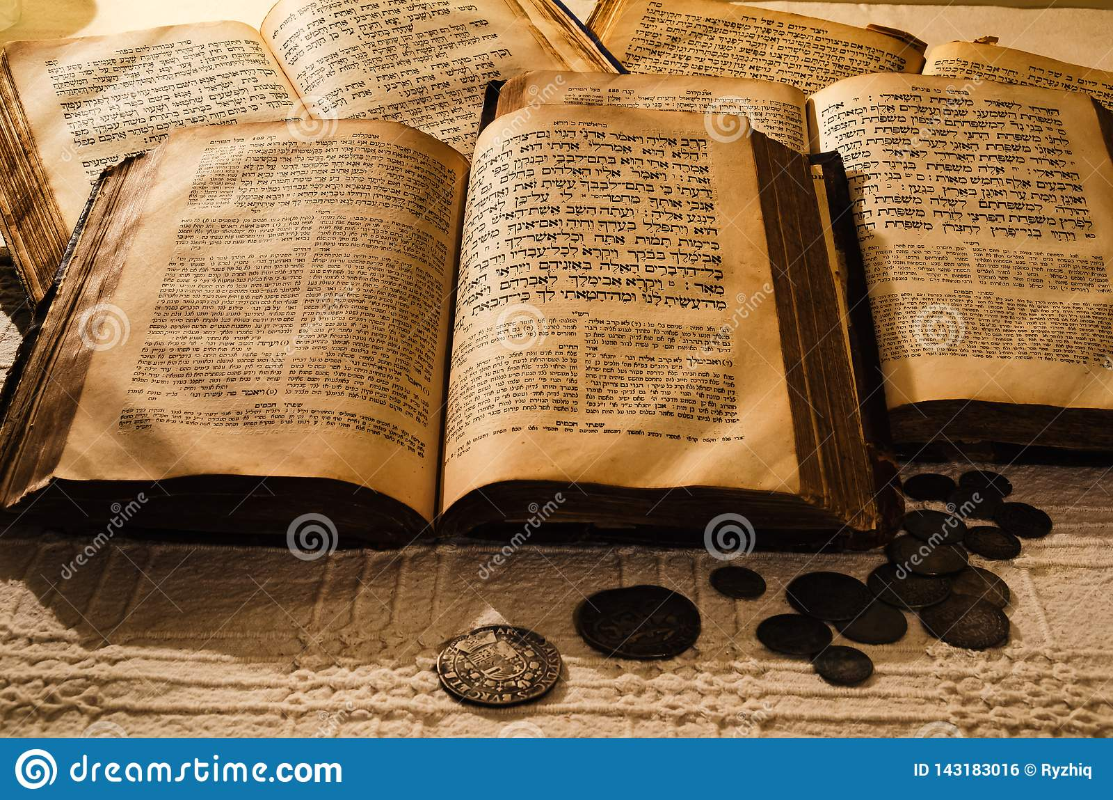 Vieux livres juifs saints