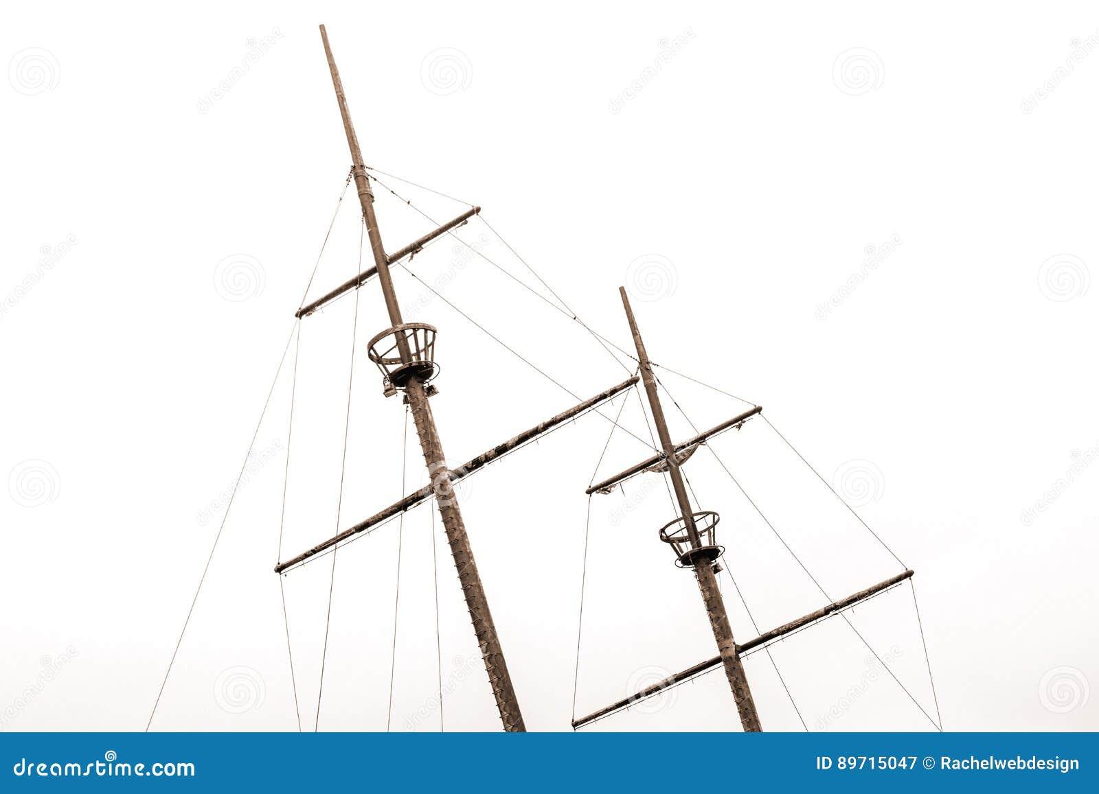 Vieux mâts de naufrage avec des nids de corneilles et de vieilles voiles se penchant au le