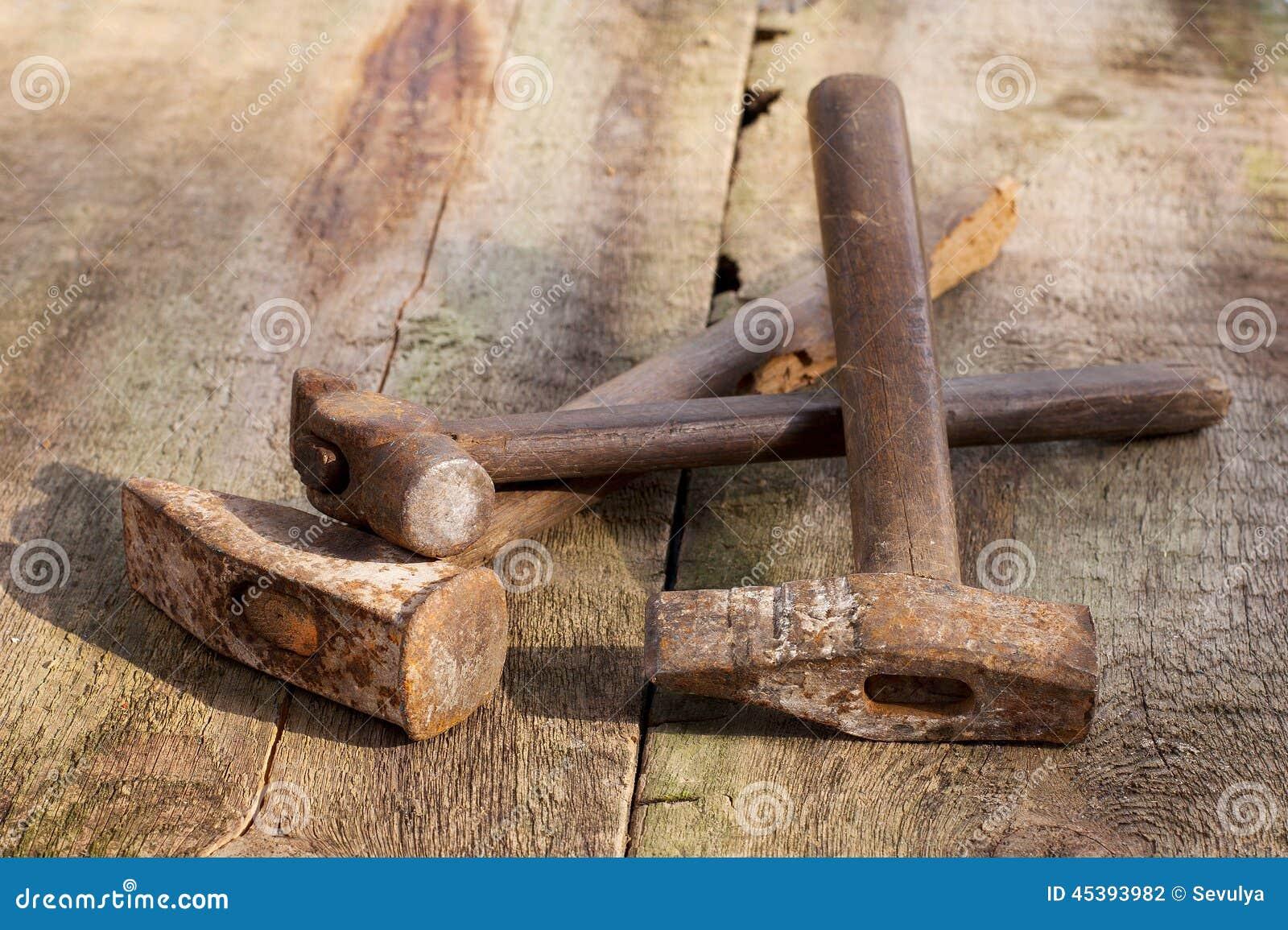 Vieux outils de bâtiment de vintage sur un fond en bois ~ Vieux Outils En Bois