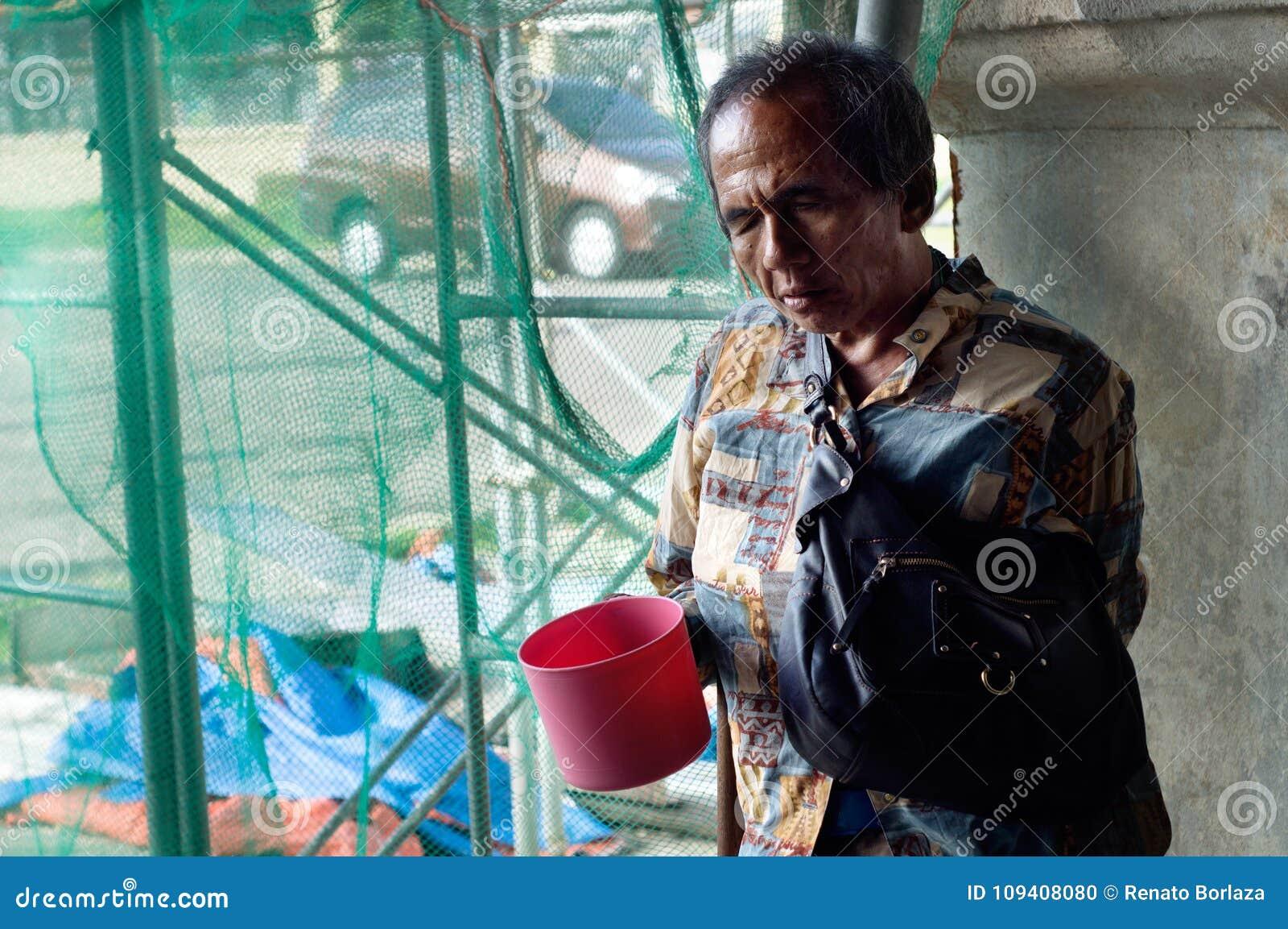 Vieux mendiant masculin aveugle tenant l aumône de recherche de plongeur de l eau aux ruines portailes d église
