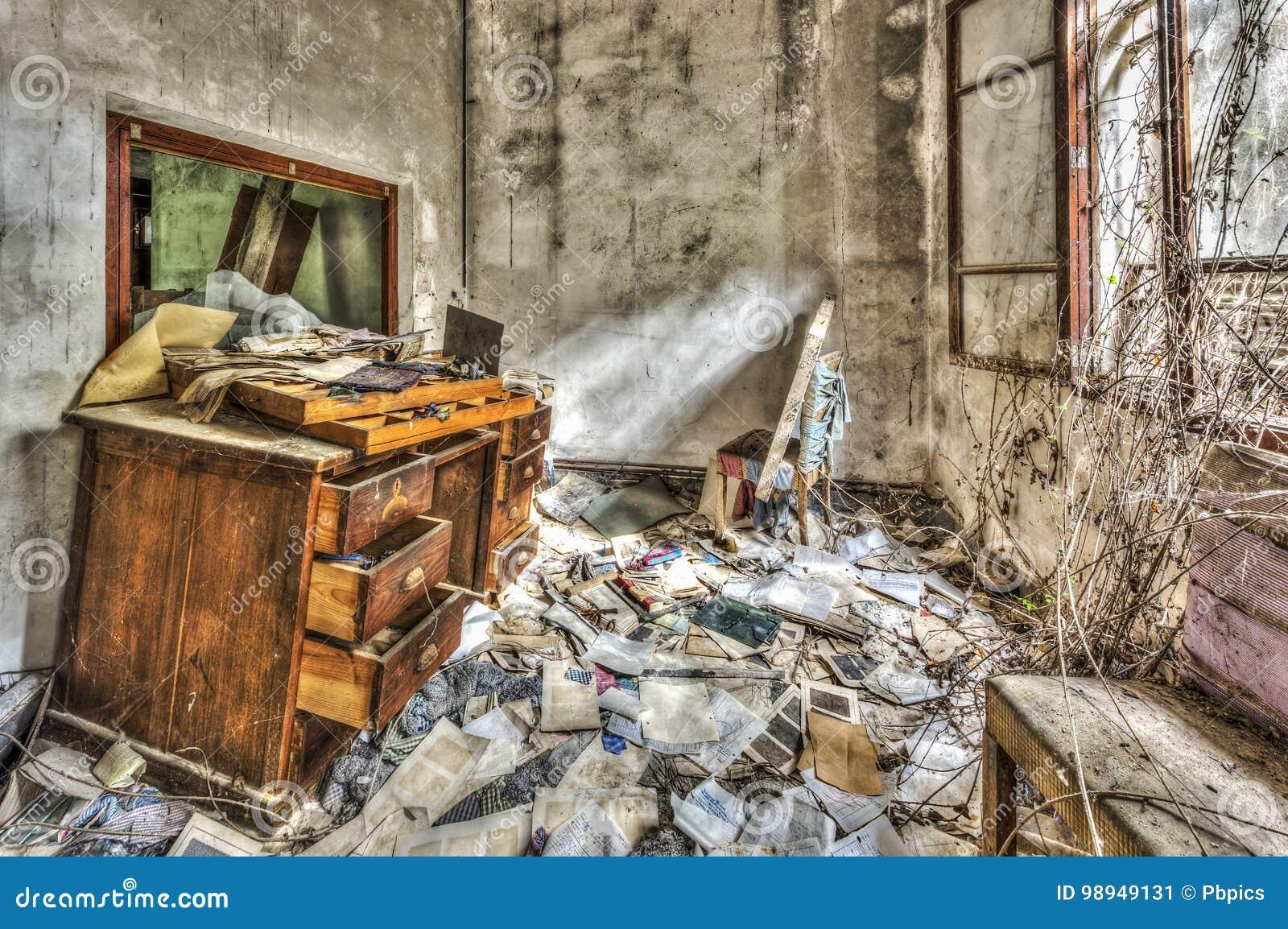 Vieux meubles de bureau sales dans une usine abandonnée image