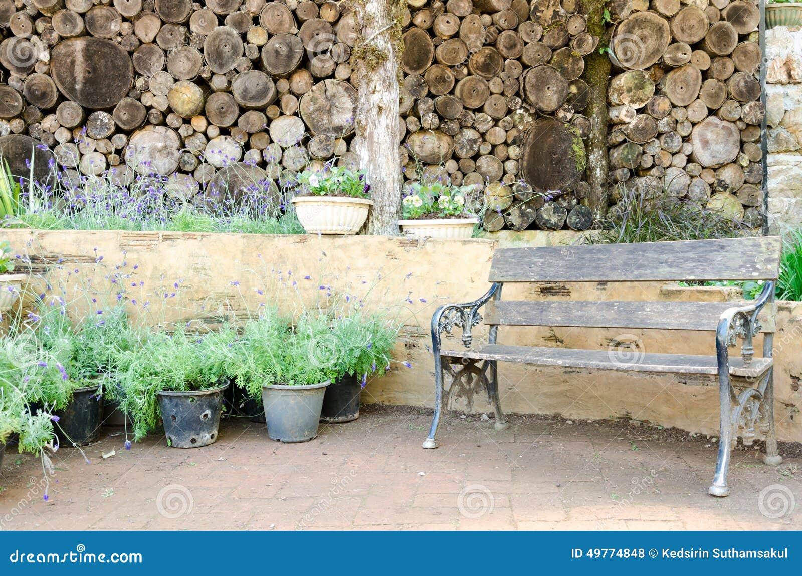 Vieux meubles en bois de jardin dans le jardin vivant for Cendre de bois dans le jardin