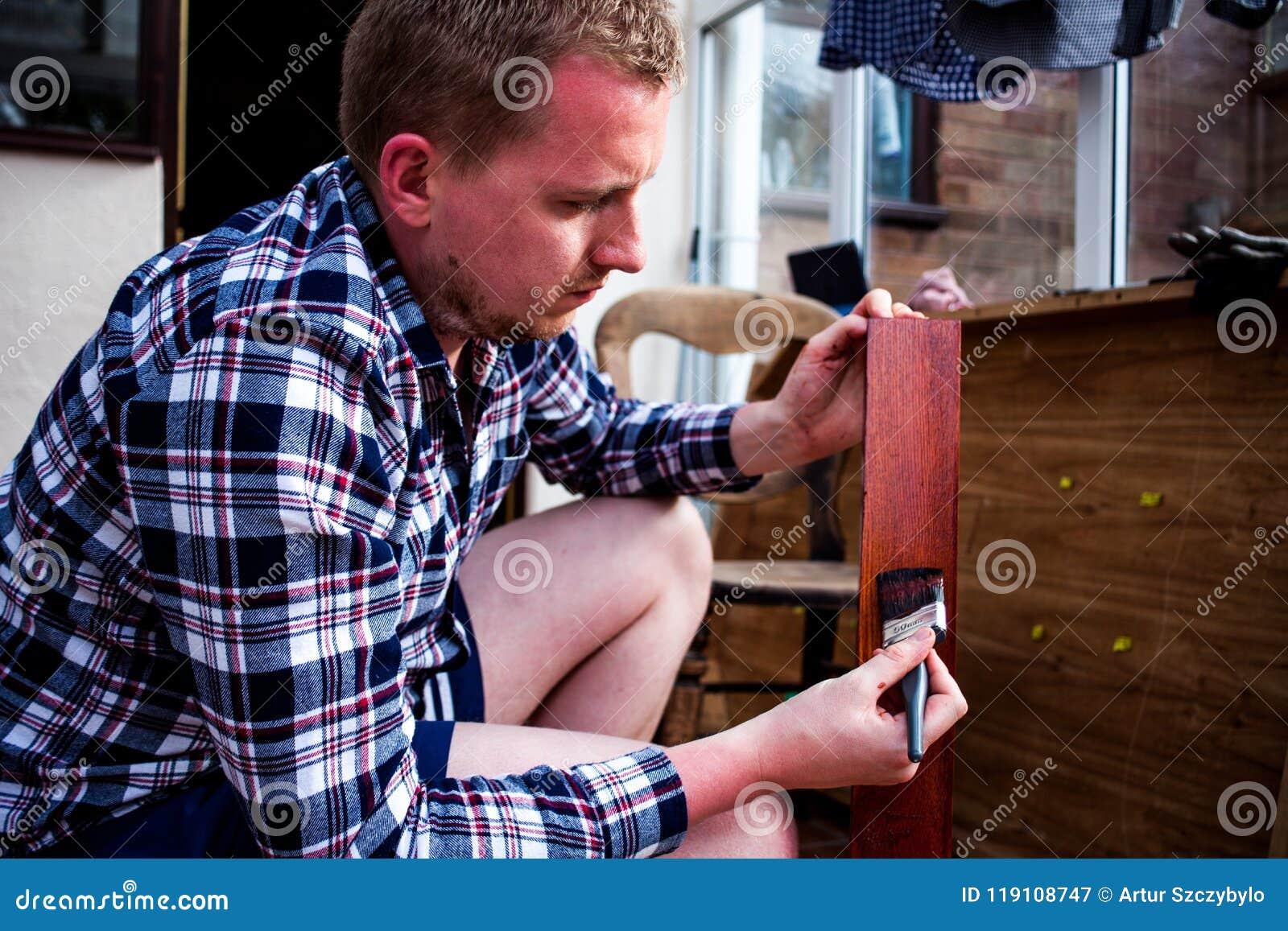 Peindre Un Vieux Meuble En Bois vieux meubles en bois de peinture la femme de charge peint