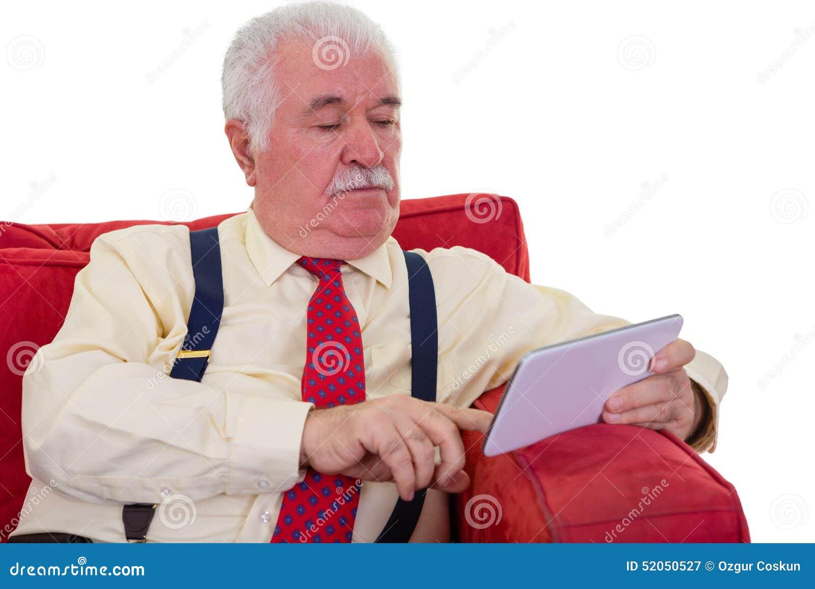 Différence entre les générations  Vieux-monsieur-mis-jour-avec-la-tablette-sur-une-chaise-52050527