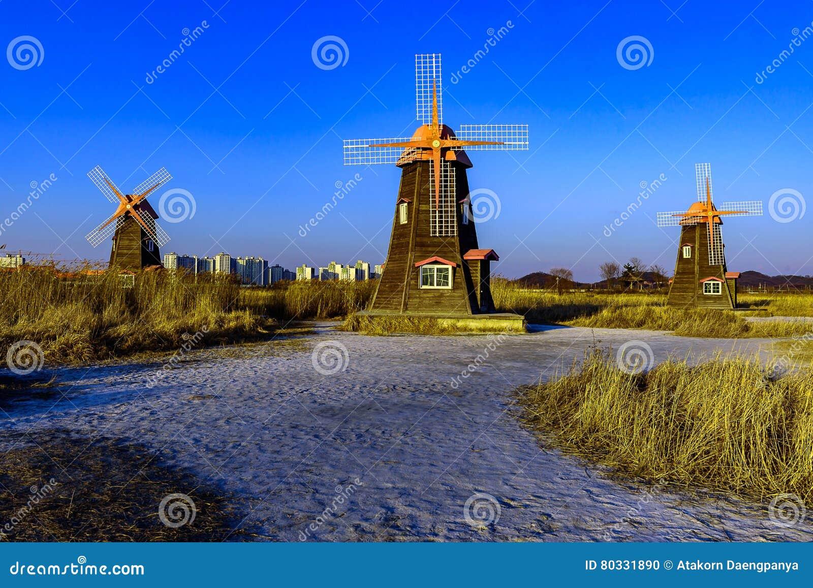 Vieux moulin à vent en bois néerlandais traditionnel dans Zaanse Schans - village de musée à Zaandam