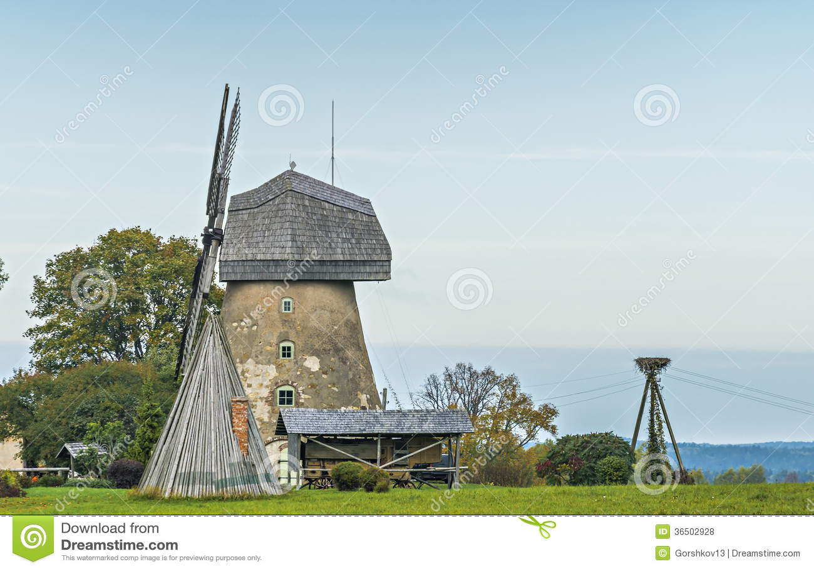 Vieux moulin à vent fonctionnant dans le village d Araishi près de Cesis, Lettonie