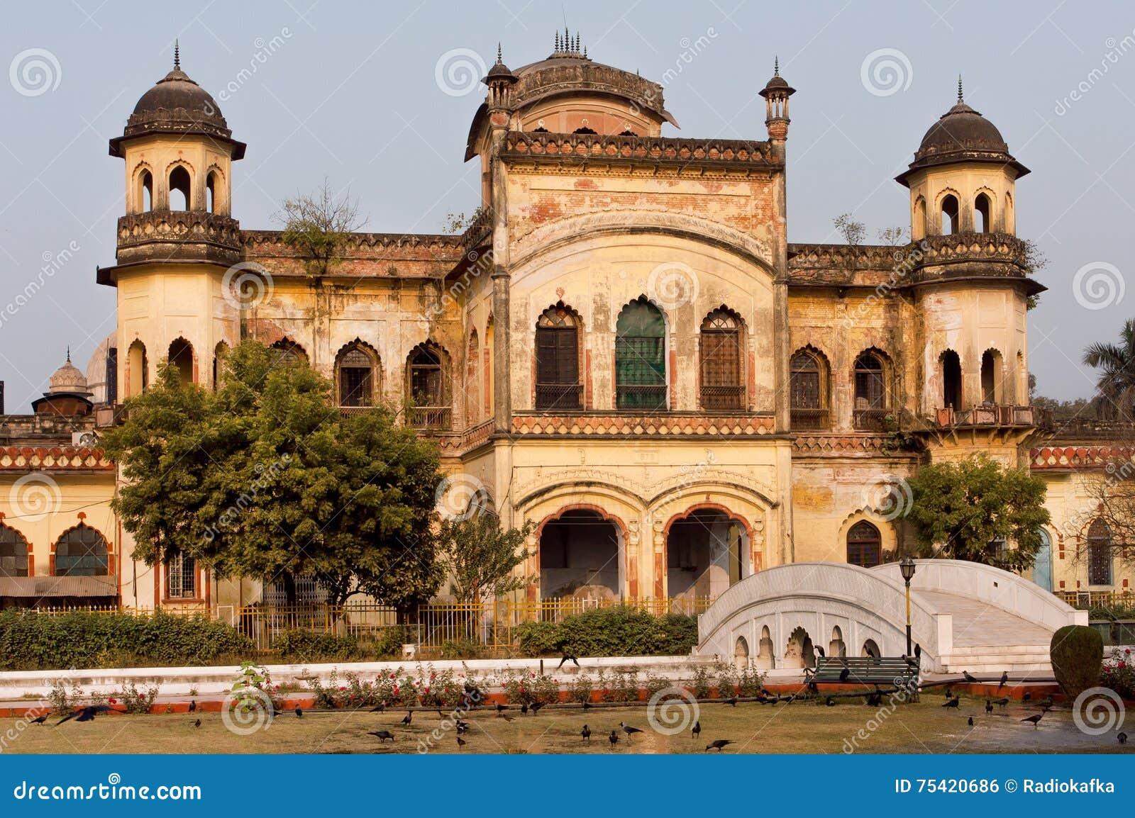 Vieux murs du bâtiment dans le style architectural de Mughal de Lucknow, Inde