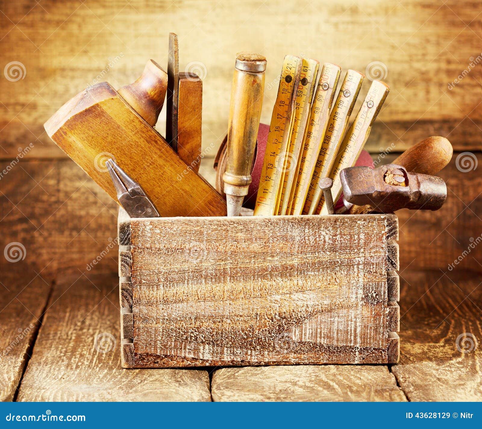Vieux Outils Dans Une Boîte En Bois Photo stock  Image 43628129 ~ Vieux Outils En Bois