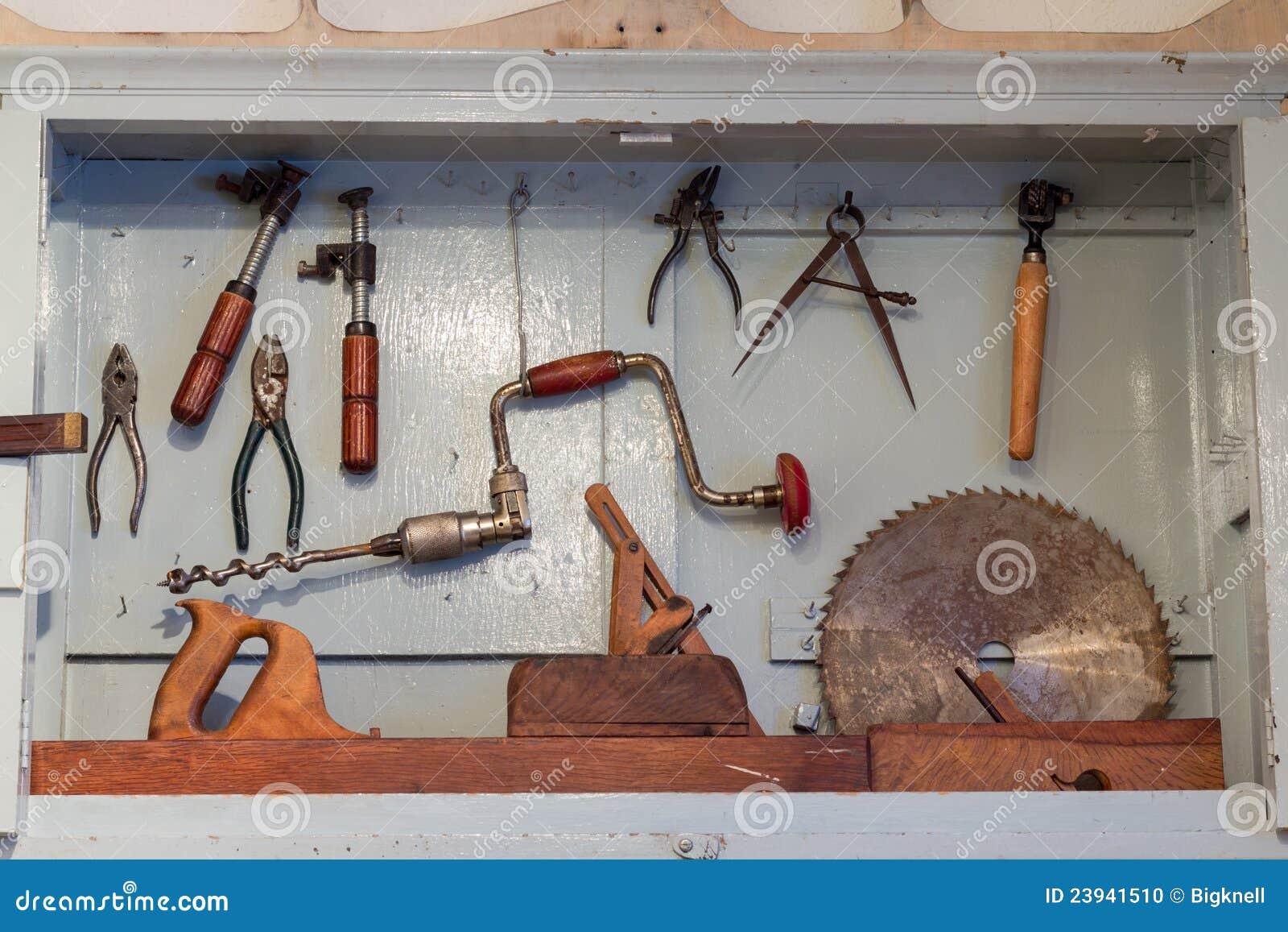 Outils rouillés très vieux de travail du bois sur le module en bo ~ Vieux Outils En Bois
