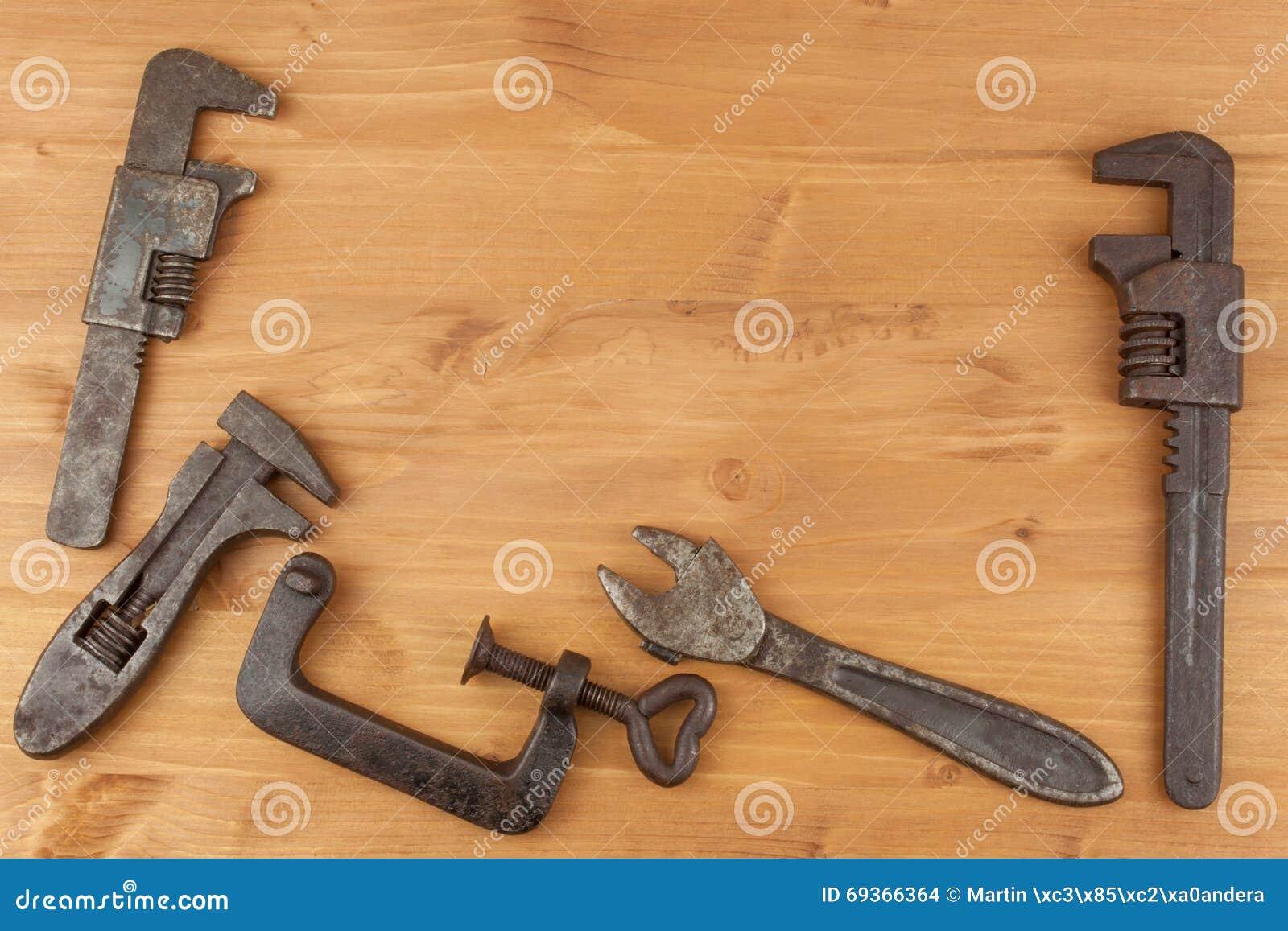 vieux outils rouill s de m canique sur un fond en bois la publicit pour de nouveaux outils. Black Bedroom Furniture Sets. Home Design Ideas