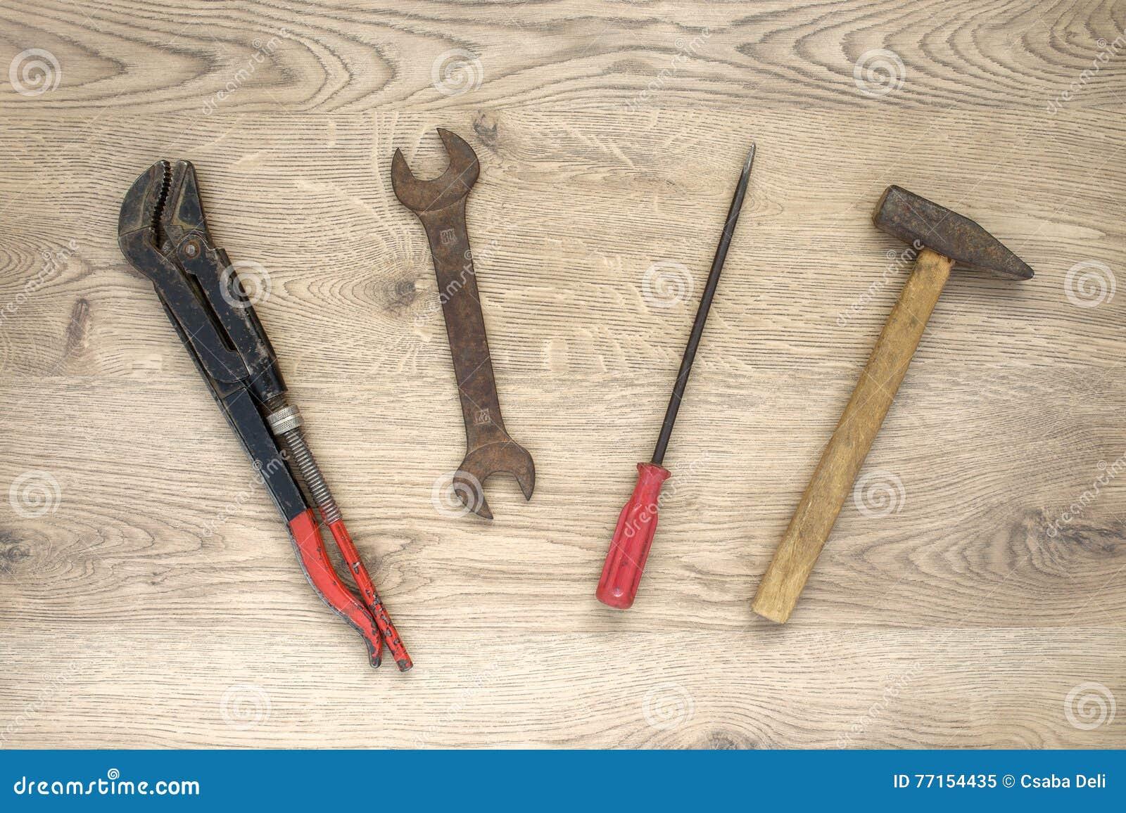 Vieux outils sur le fond en bois