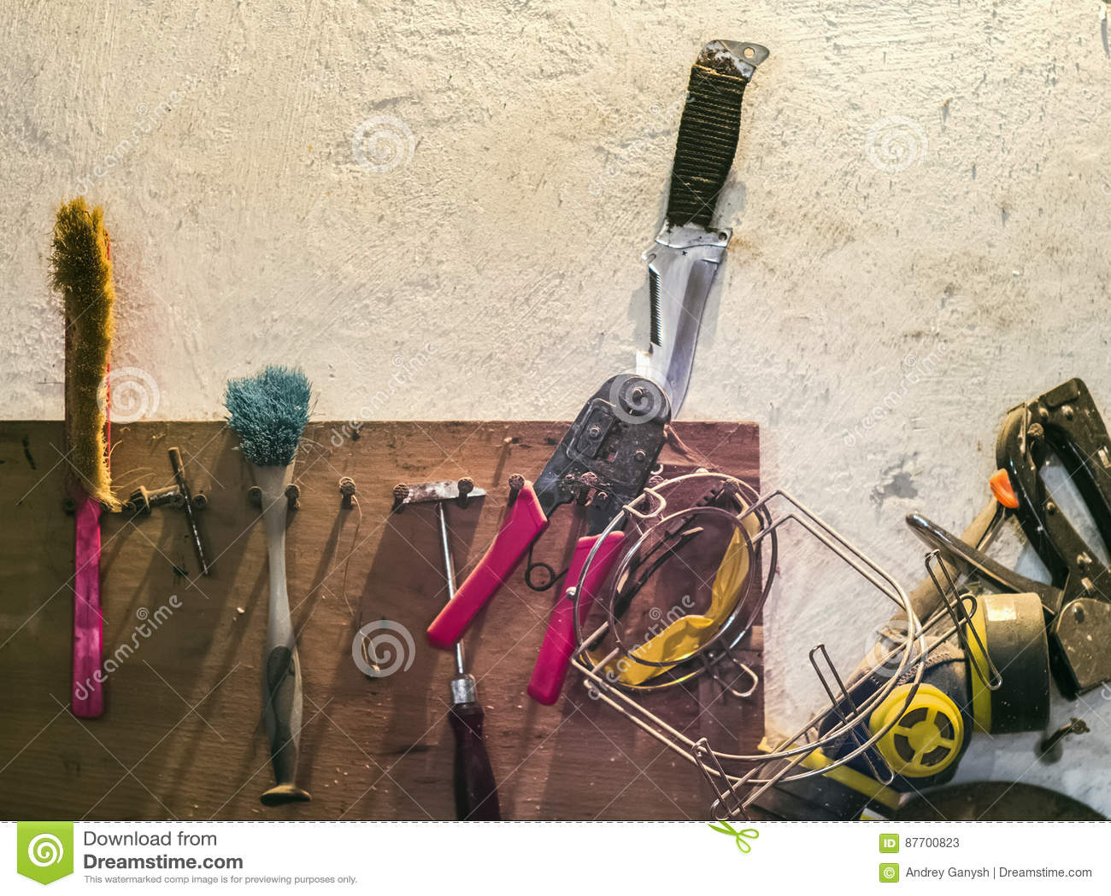 Vieux outils sur une étagère dans le garage