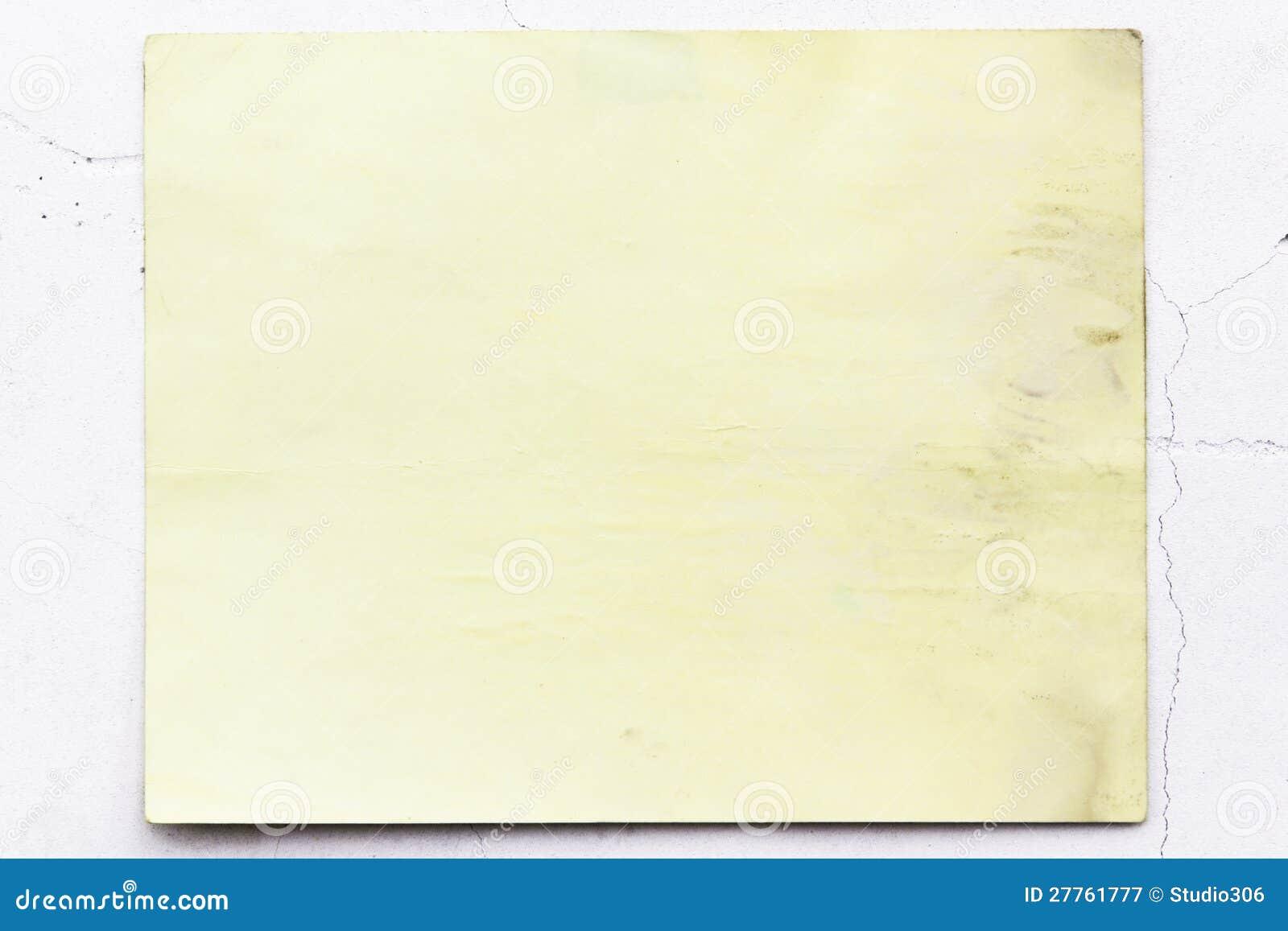Vieux papier peint jaune sur le mur