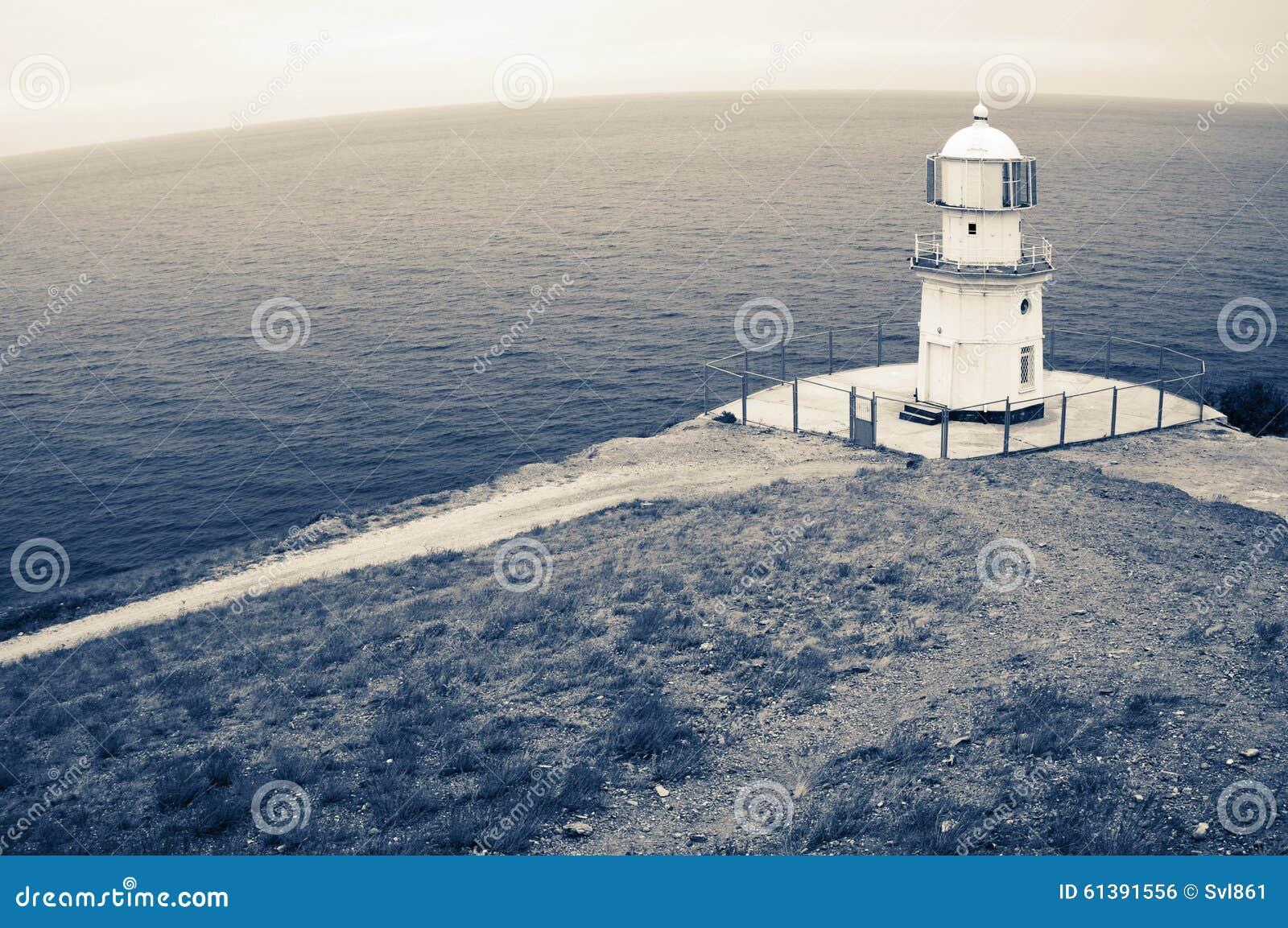 Vieux phare sur la roche