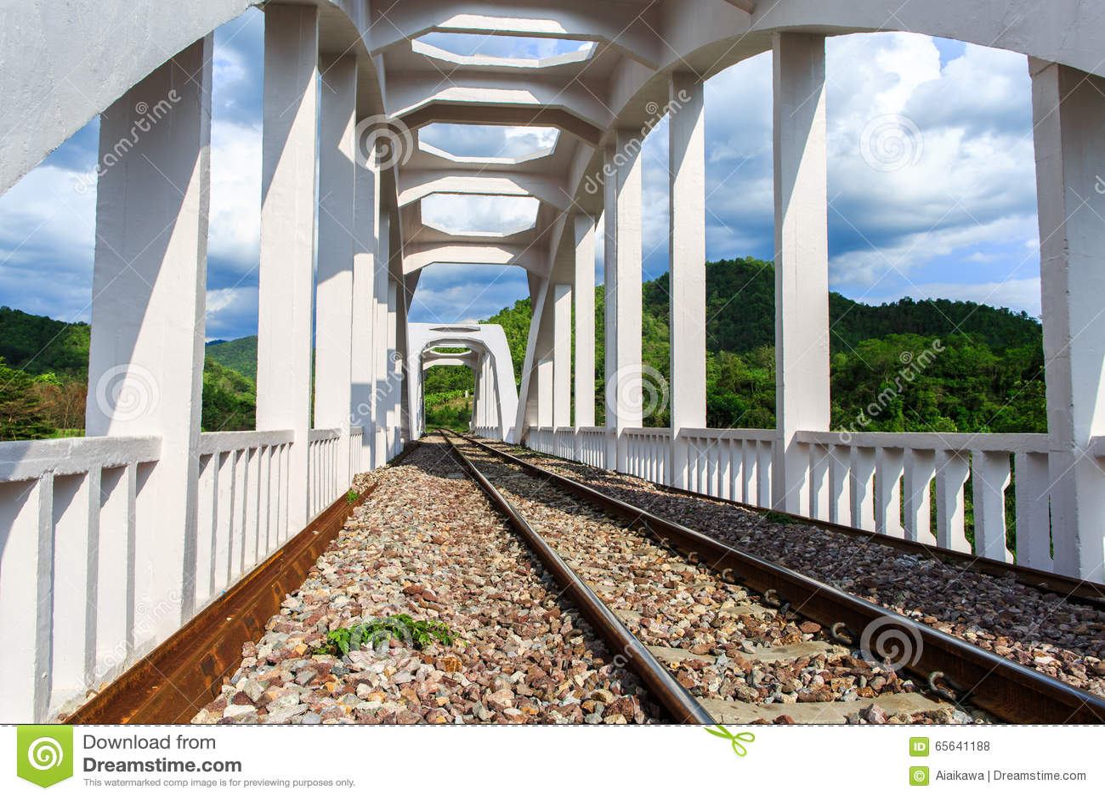 Vieux pont de chemin de fer blanc construit en 1919