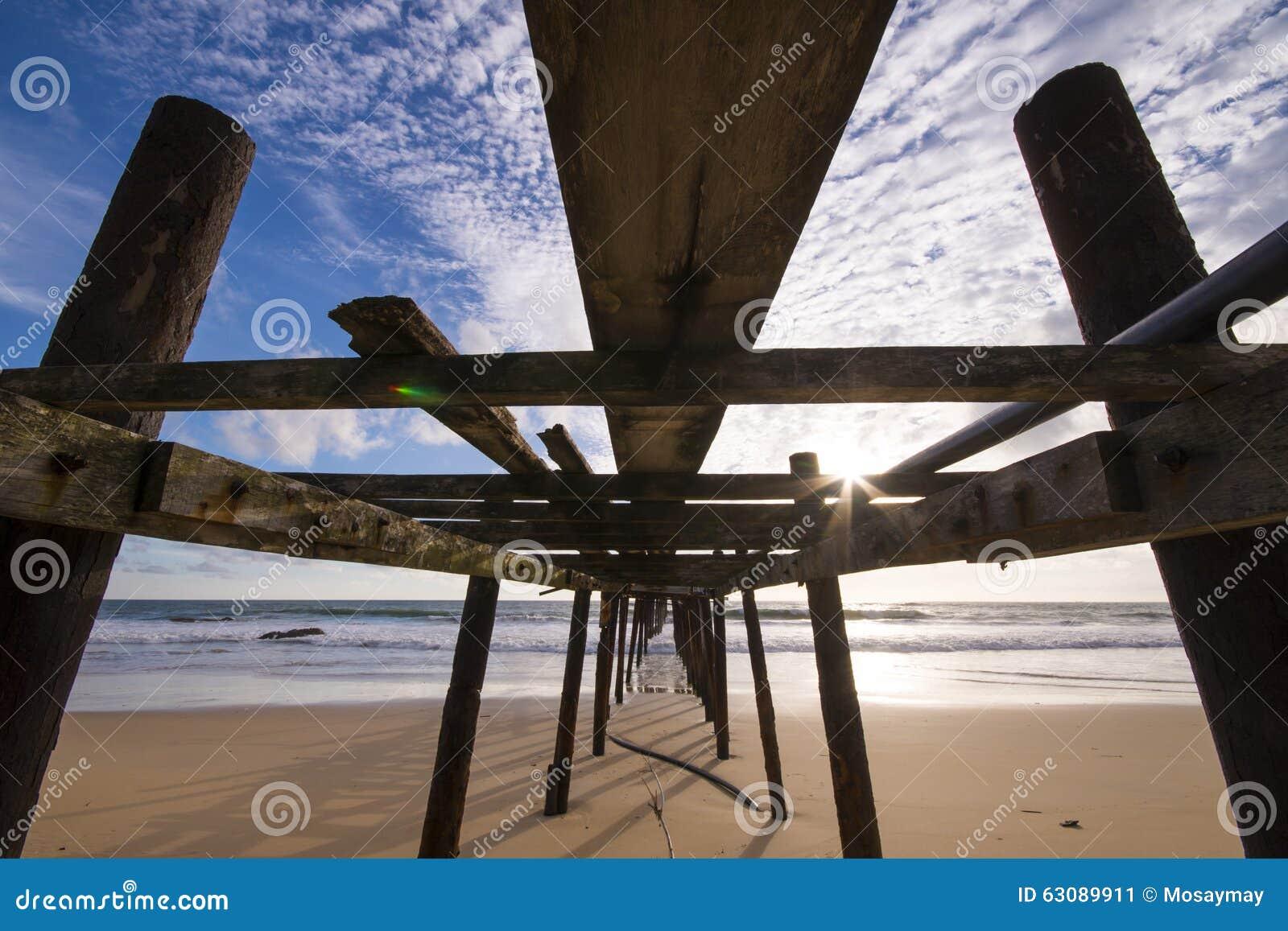 Download Vieux Pont En Bois à La Plage De Natai Avec Le Beau Ciel Image stock - Image du sunlight, nuage: 63089911