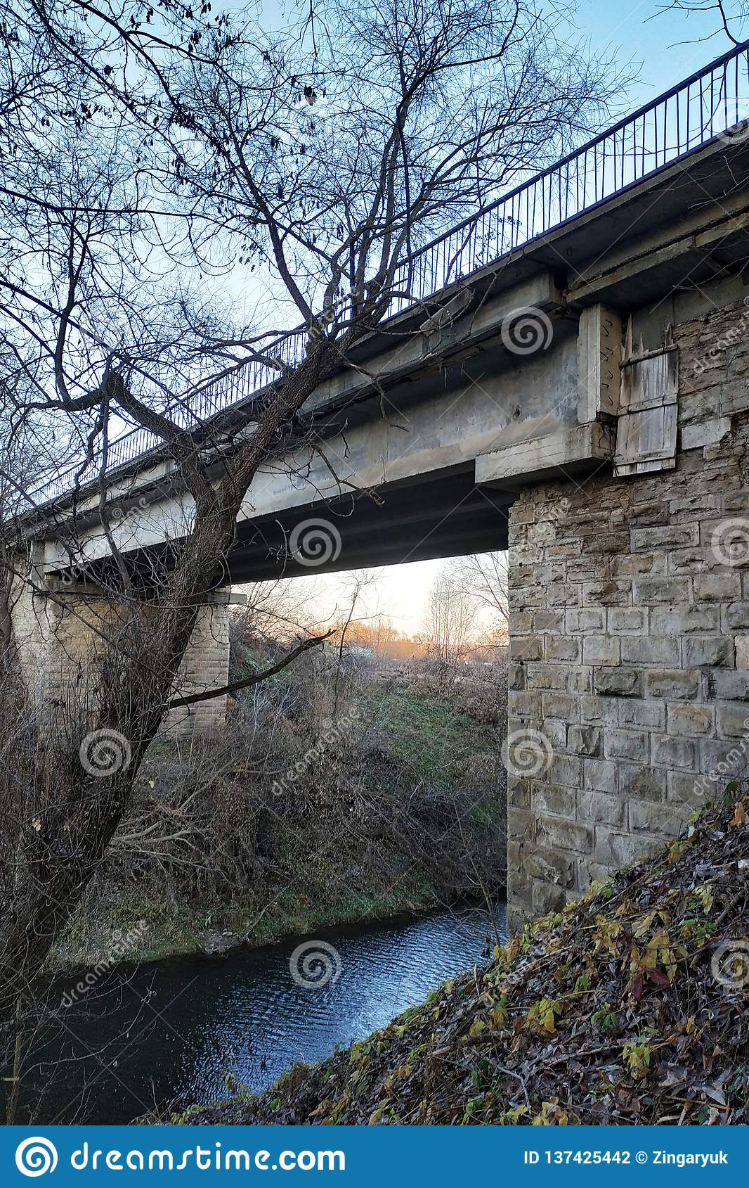Vieux pont en pierre au-dessus d une rivière peu profonde