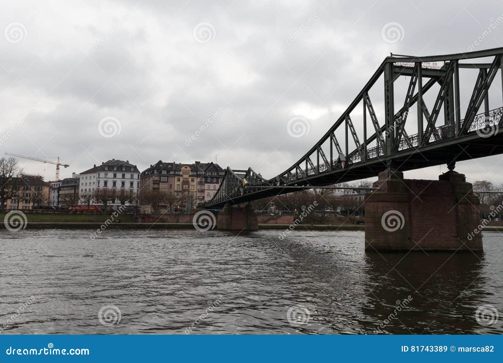 Vieux pont principal à Francfort