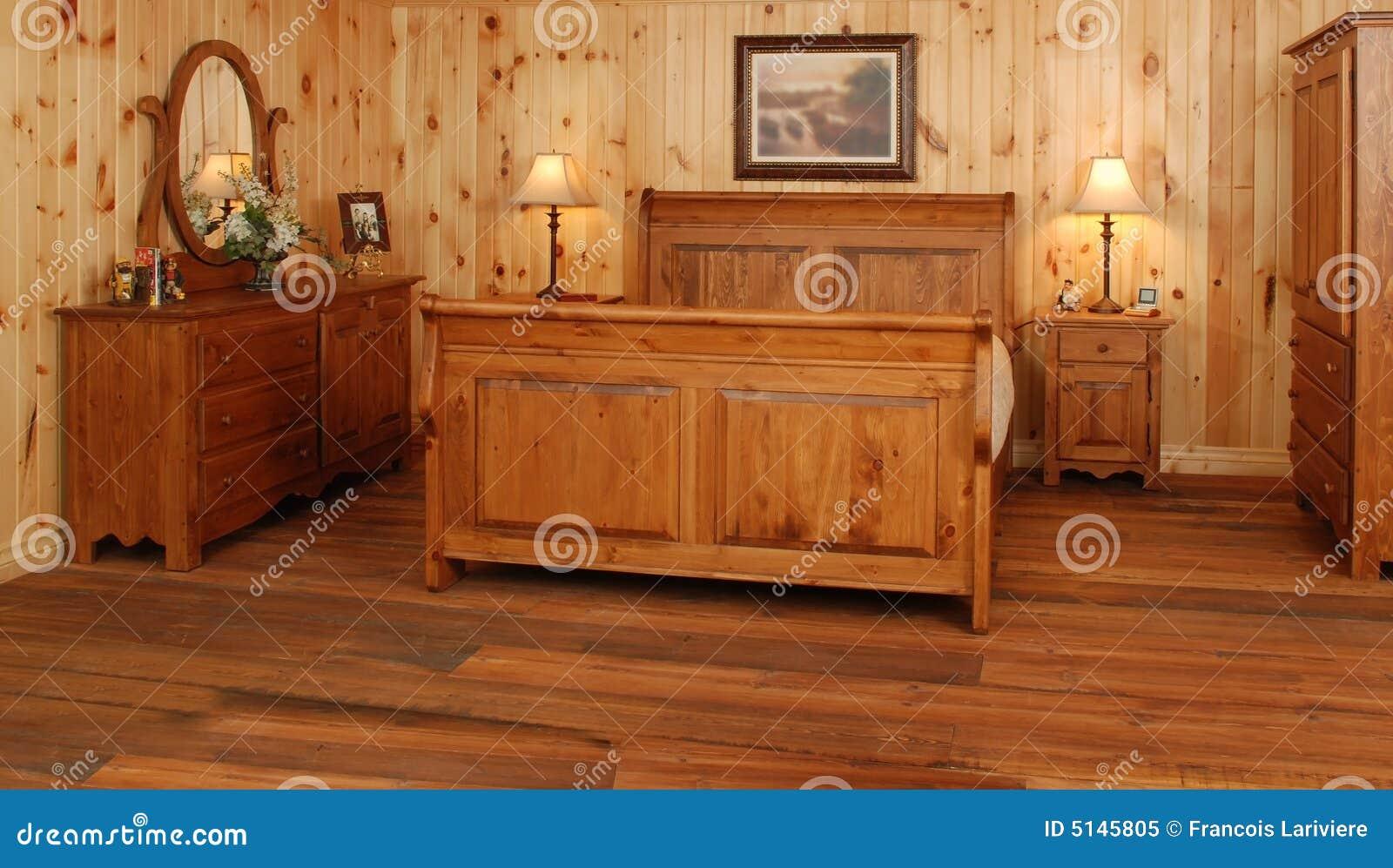 vieux positionnement de chambre coucher en bois de pin image stock image du remplissage. Black Bedroom Furniture Sets. Home Design Ideas