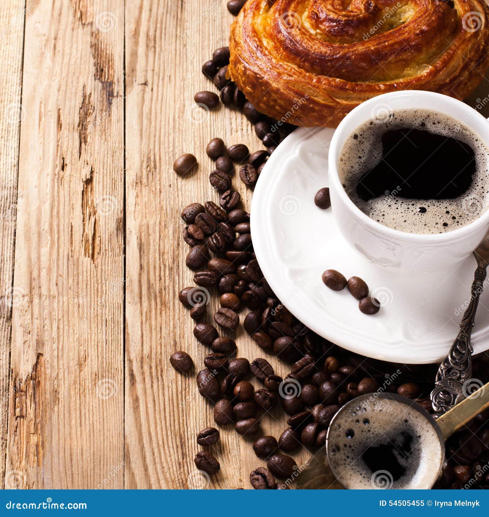 Vieux pot et tasse de café sur le fond rustique en bois