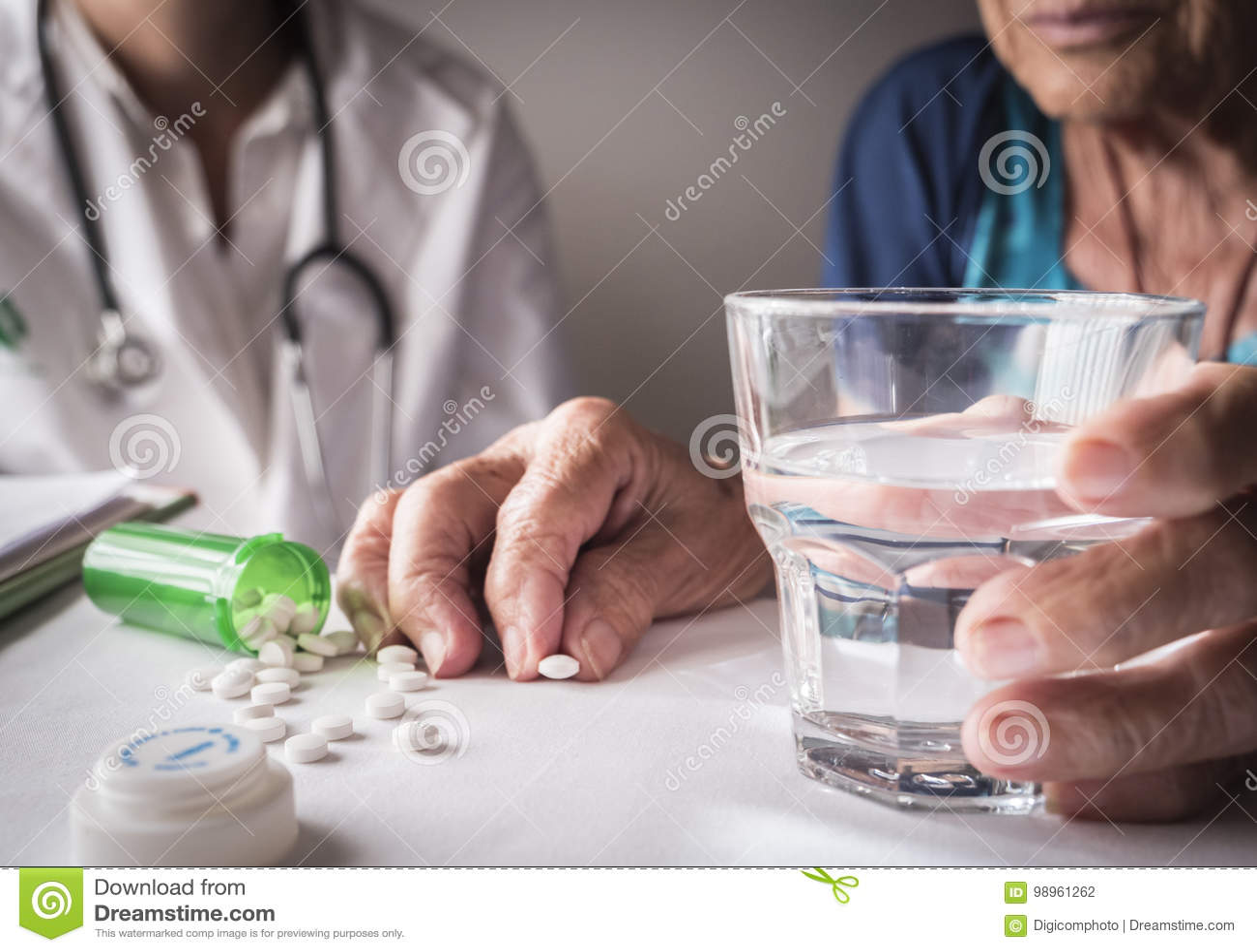 Vieux prenant la dose quotidienne de médicament à la maison