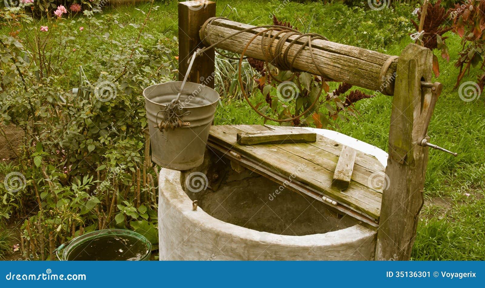 Vieux putréfié puits d eau, paysage rural