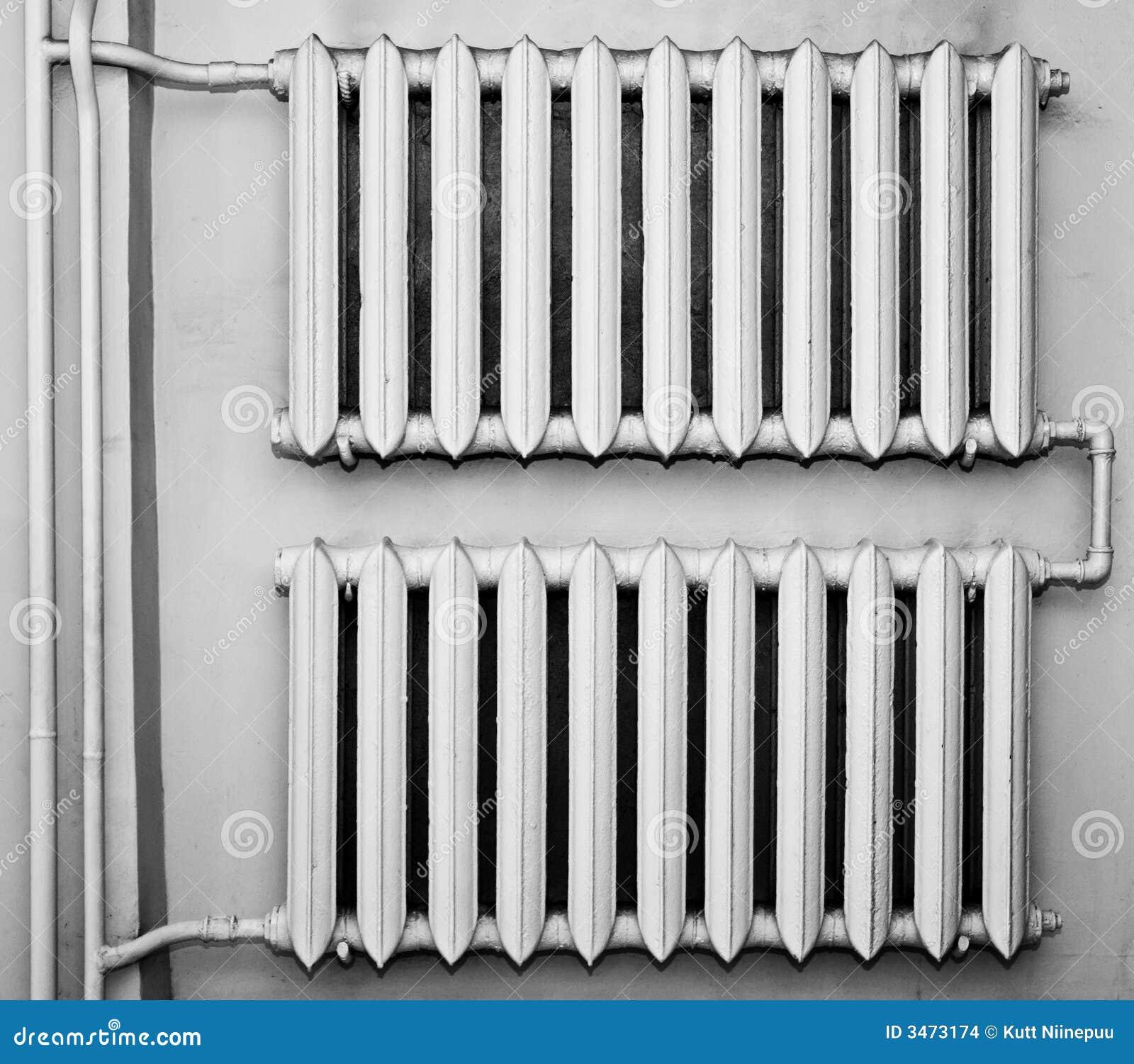 Vieux radiateurs en métal sur le mur