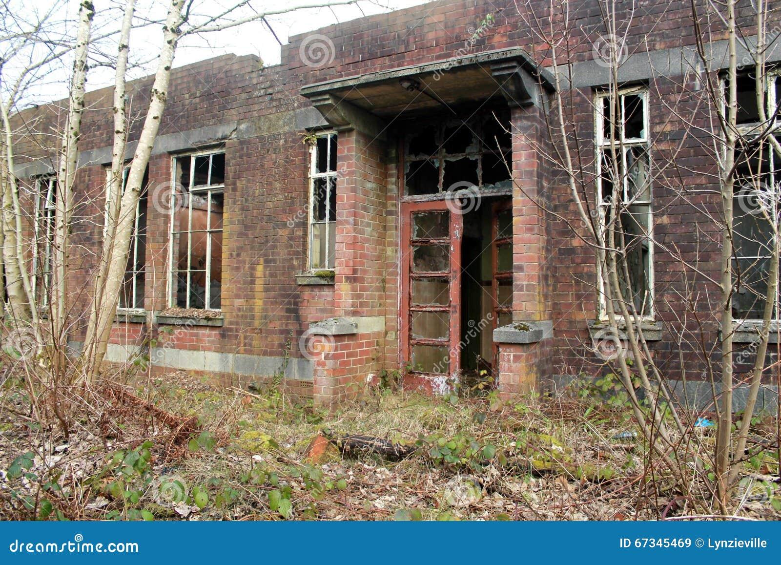 Vieux, rampant, abandonné bâtiment
