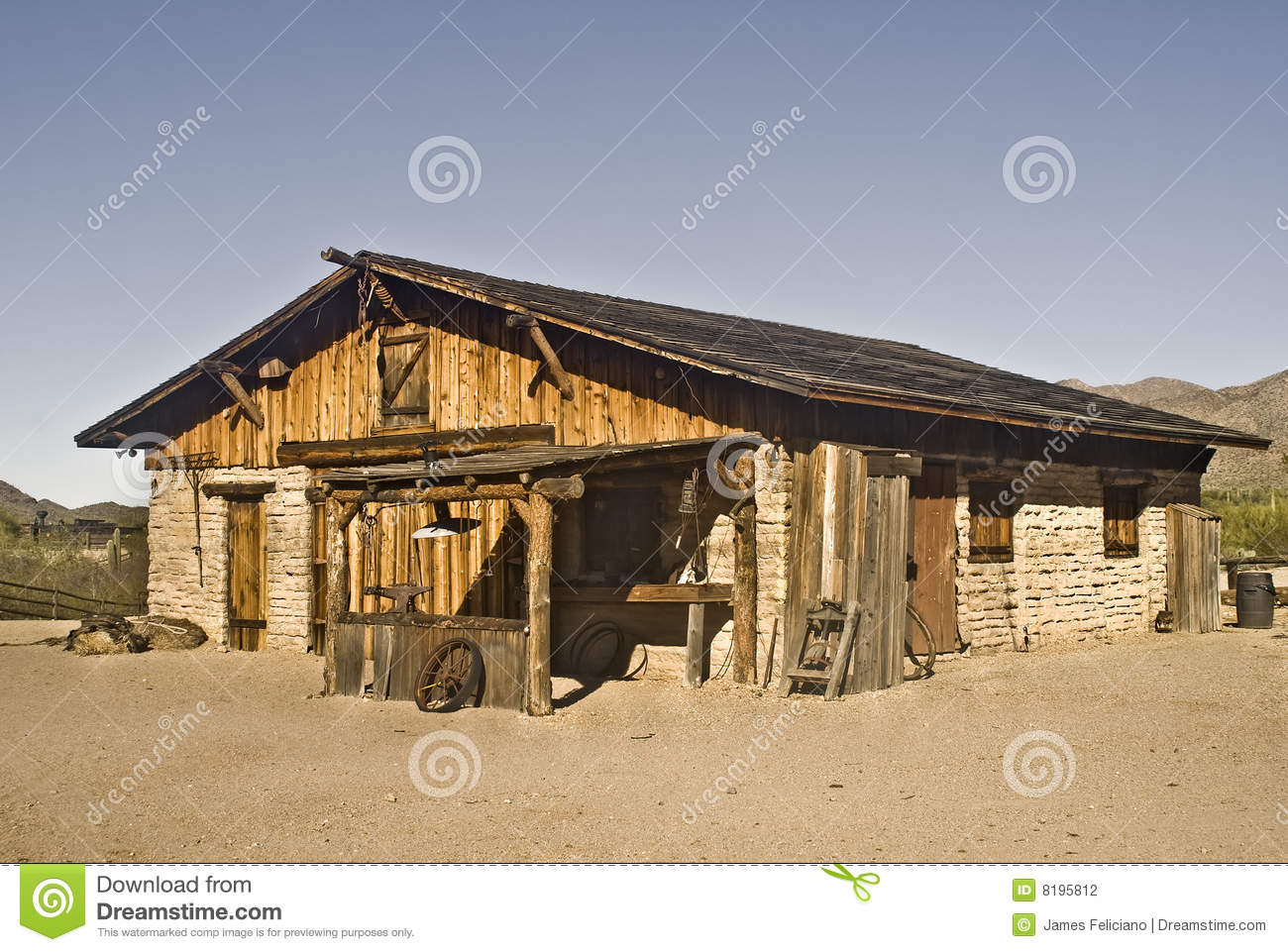 Vieux ranch de construction occidental photographie stock for Ranch occidentale