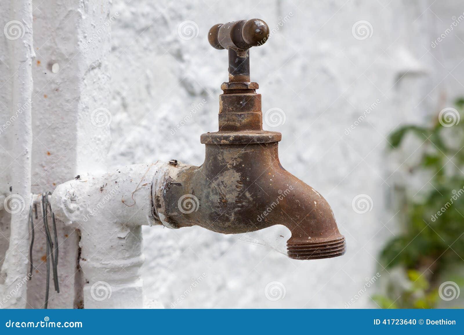 Vieux robinet en laiton pour l 39 arrosage de jardin photo for Arrosage du jardin