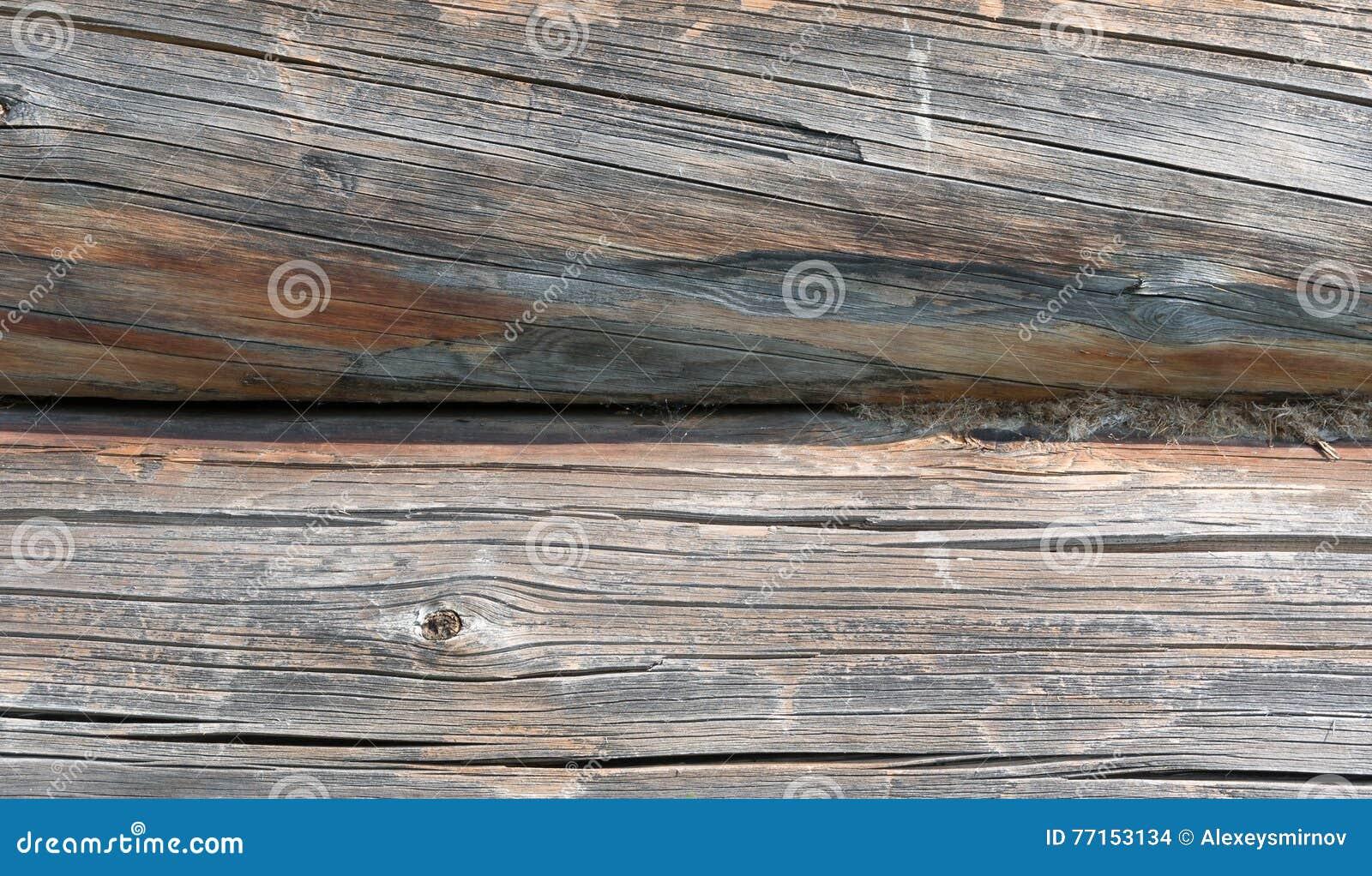 Vieux rondins en bois sciés gris de plan rapproché en bois de maison