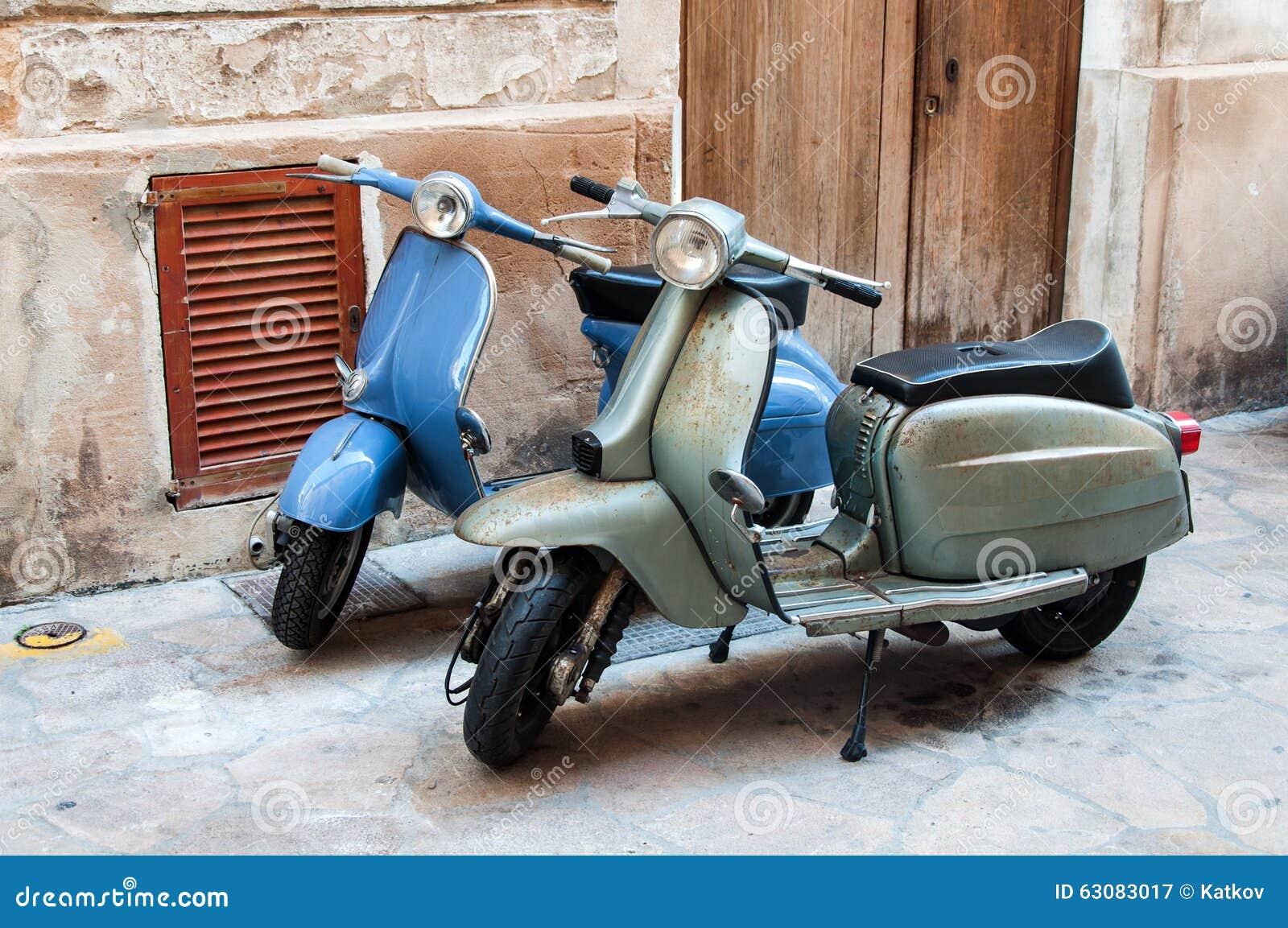 Download Vieux scooter deux image stock. Image du attrayant, rétro - 63083017