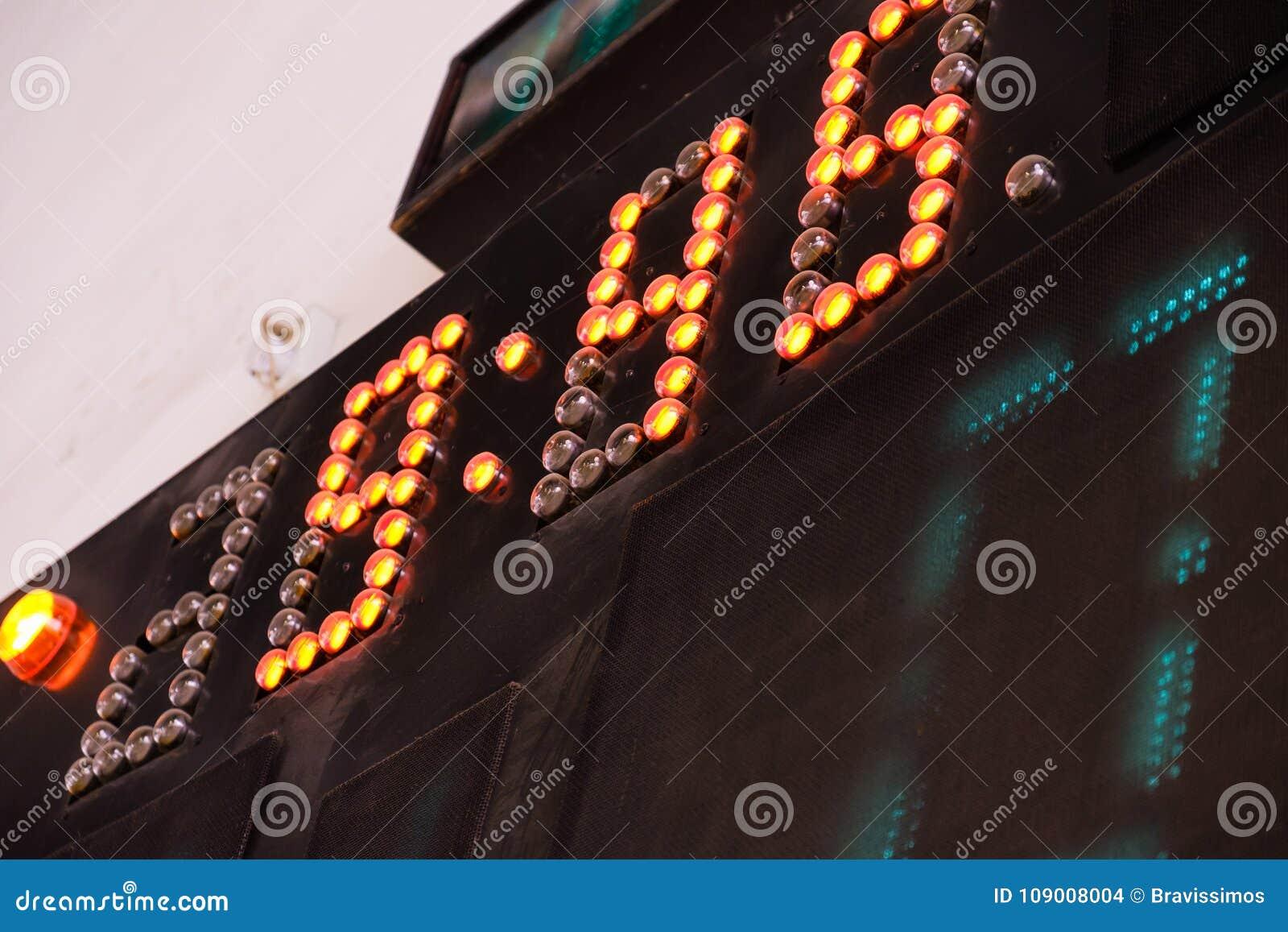 Vieux score de tableau indicateur de Digital Joueur de football sur le champ Champ de boule de Futsal dans le gymnase d intérieur