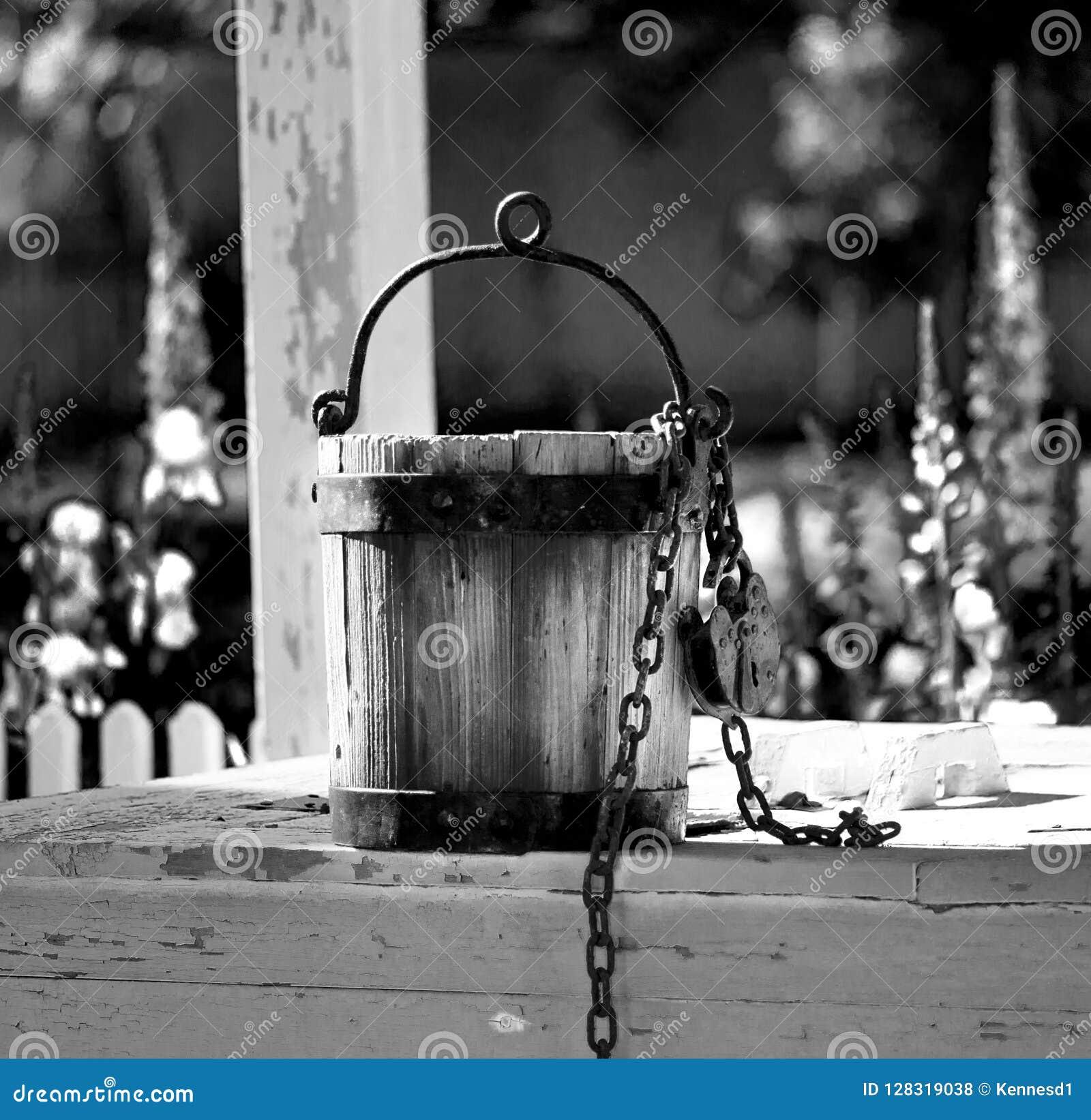 Vieux seau d eau se reposant sur le puits d eau à Williamsburg la Virginie