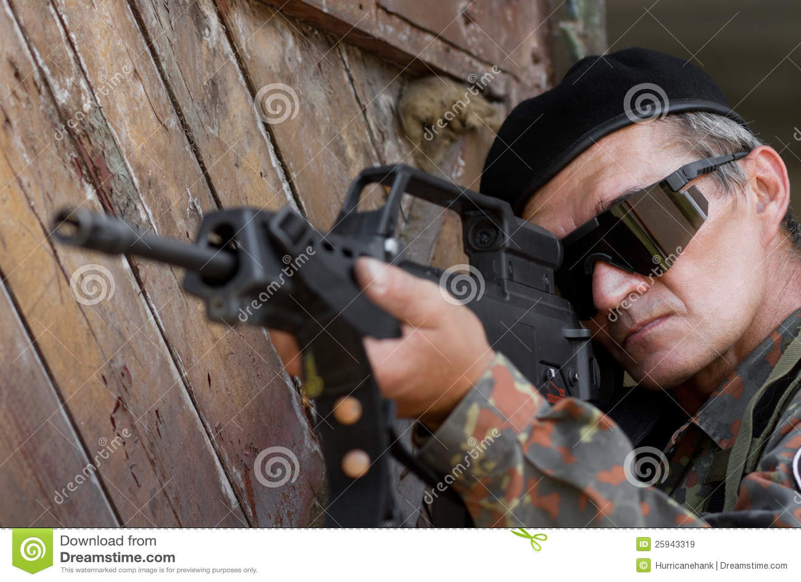 Vieux soldat avec un canon