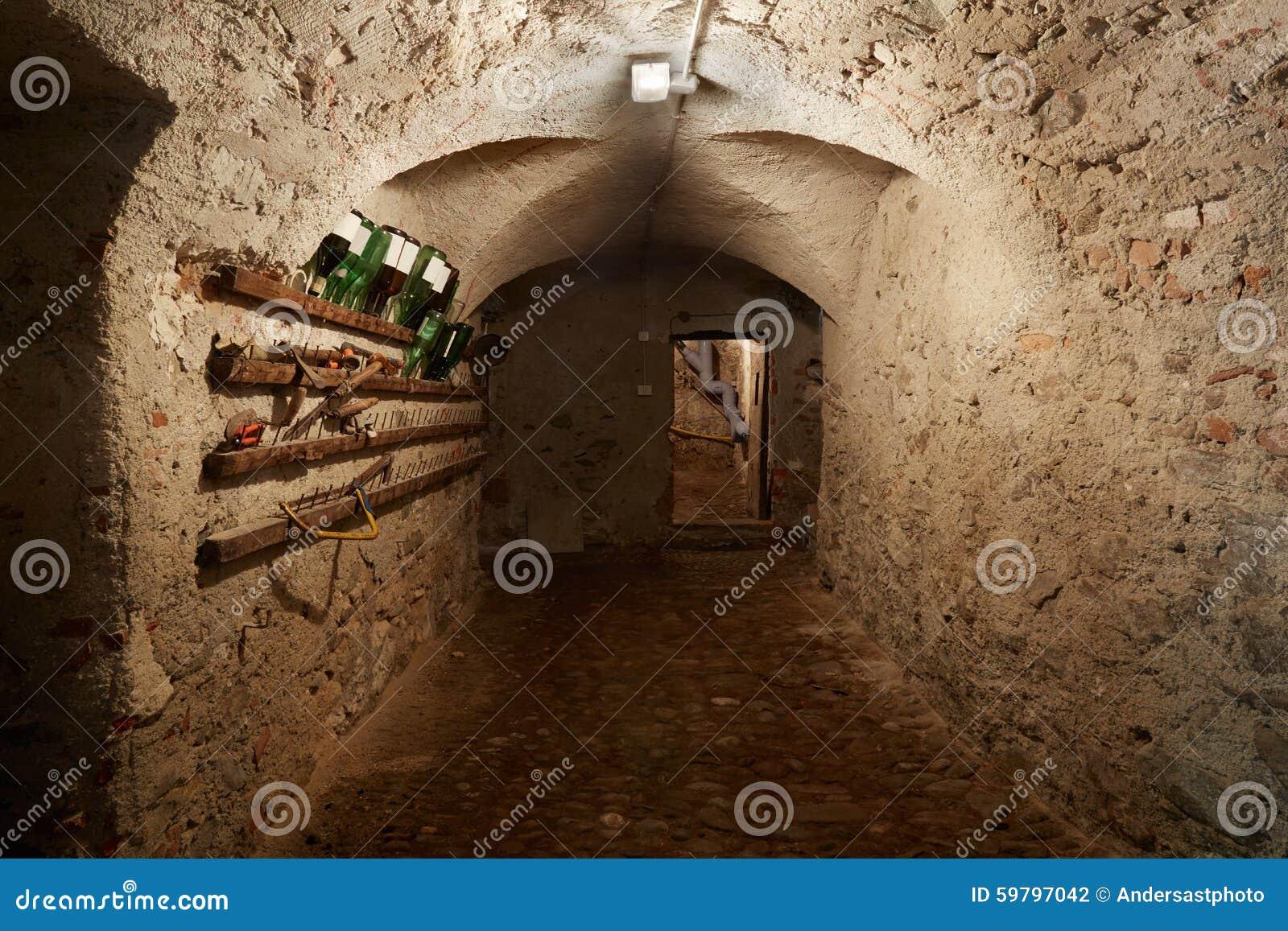 Vieux sombre couloir de sous sol dans la maison antique photo stock image - Couloir sombre solution ...