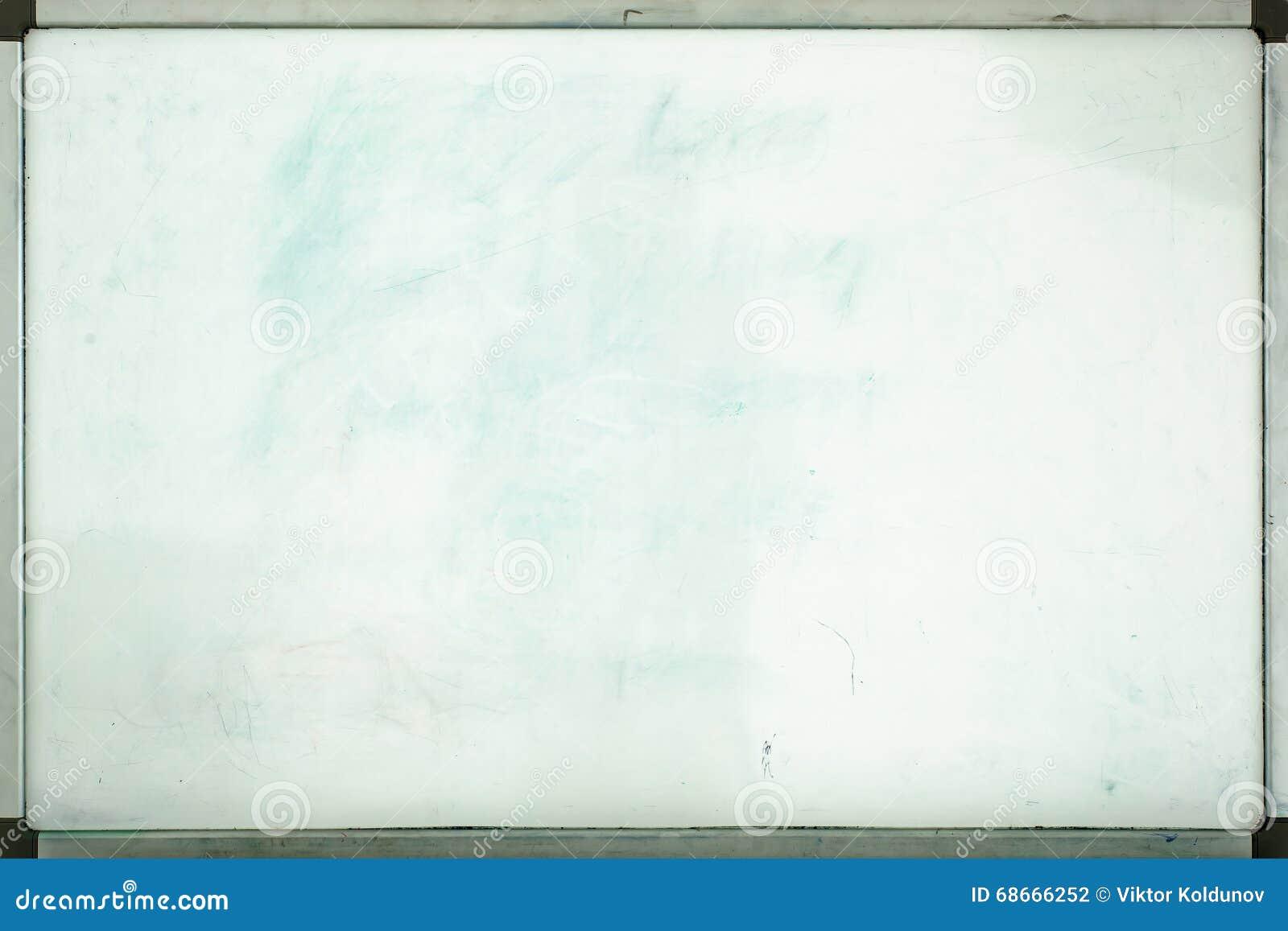 Vieux tableau blanc pour le bureau avec des traces des taches et