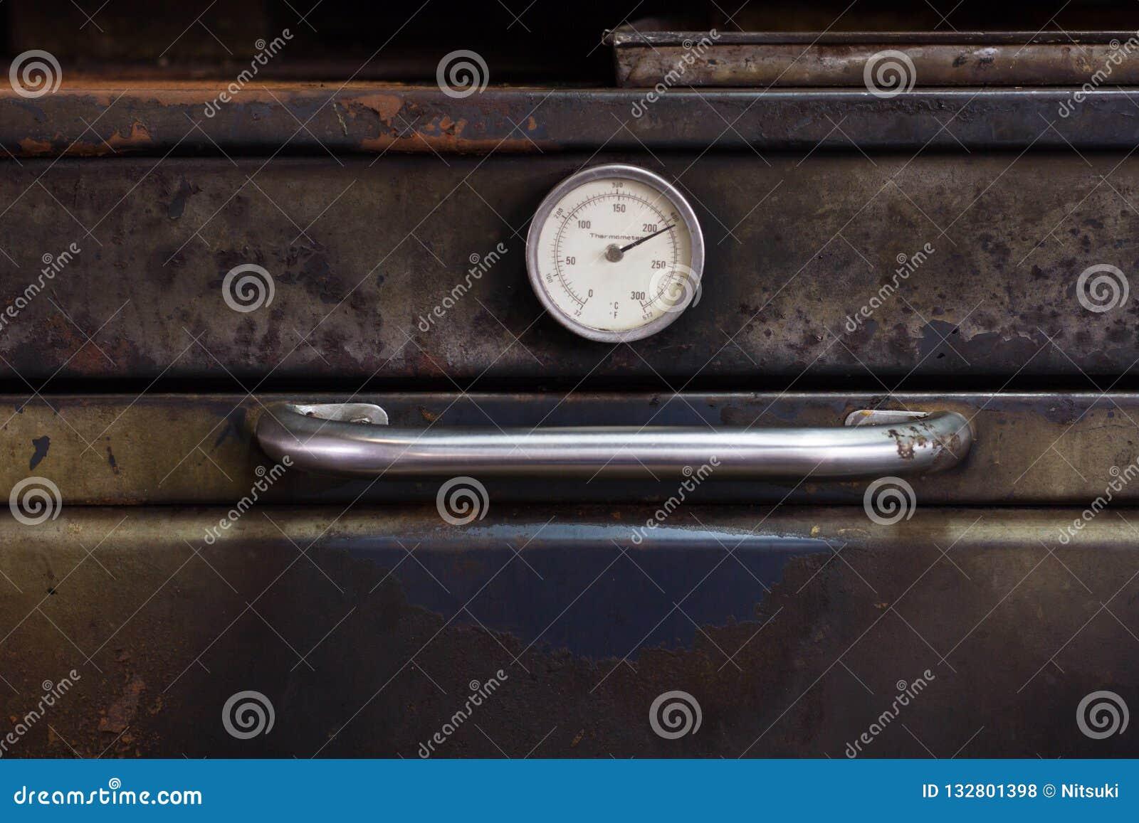 Thermomètre Four À Pain 500 vieux thermomètre de four au magasin de boulangerie photo