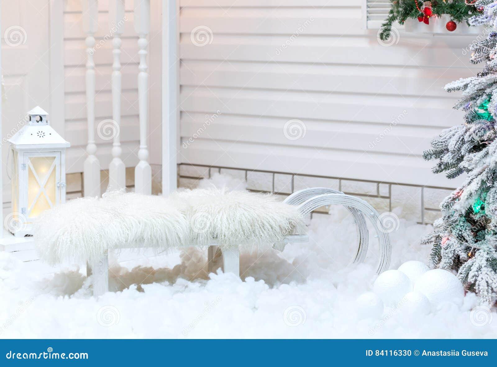 Vieux traîneau blanc de vintage avec la fourrure se tenant près de la maison dans la neige en hiver Décorations de Noël