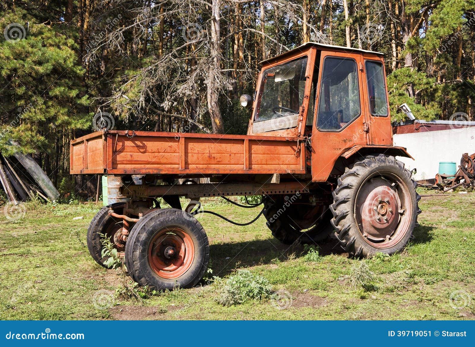 Vieux tracteur rouge d 39 agriculture dans la ferme image stock image 397 - Siege tracteur ancien ...