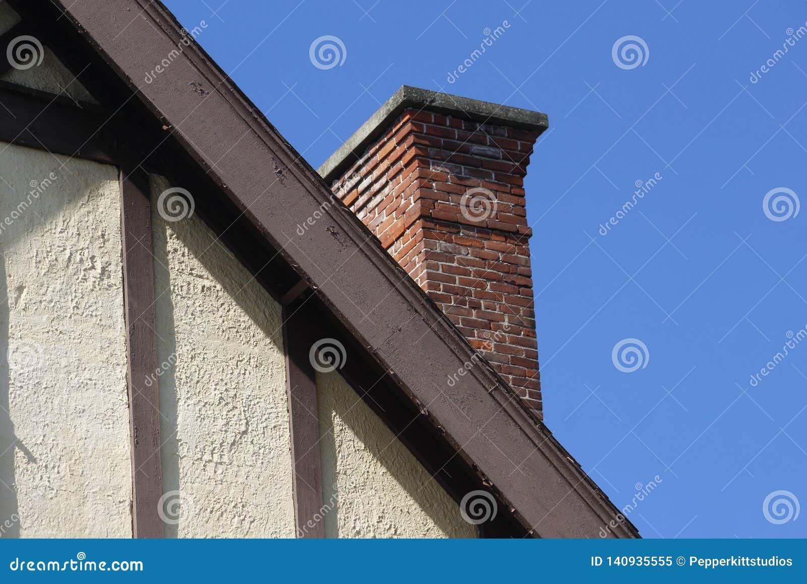 Vieux Tudor Style Wall et Roofline avec la cheminée de brique