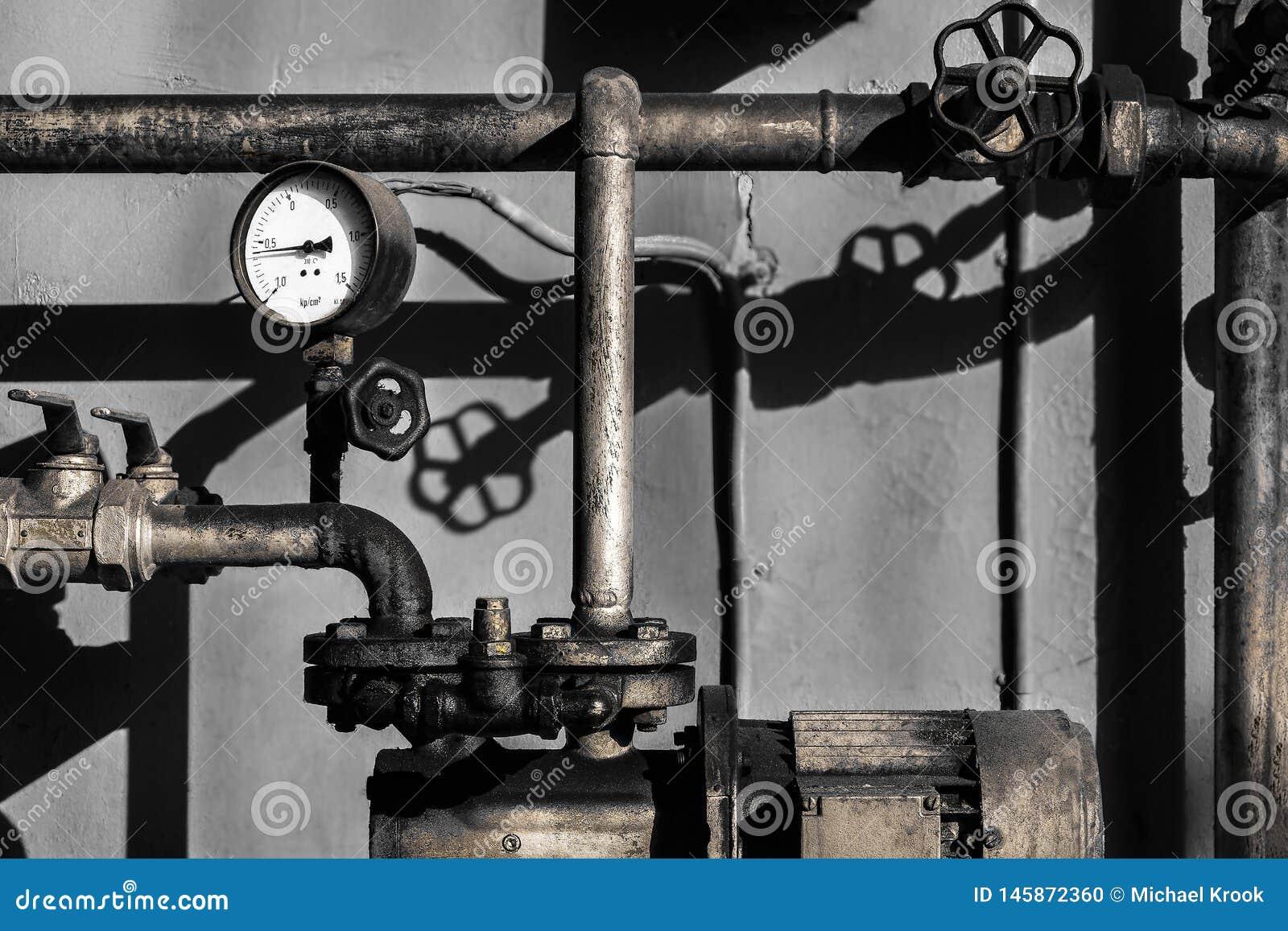 Vieux tuyaux de plombier avec un mètre de barre