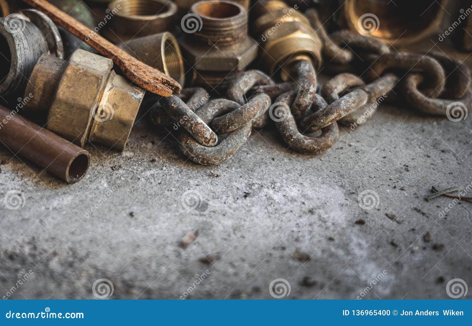Vieux tuyaux rouillés, chaîne, outils d ands Garage, plombier et concept de réparation