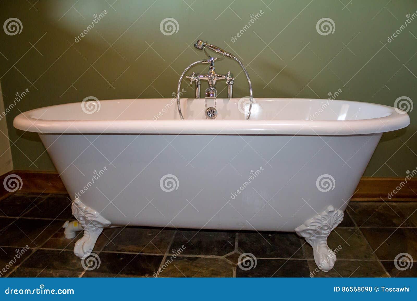 vieux type baignoire aux pieds dans la salle de bains de vert olive photo stock image du vieux. Black Bedroom Furniture Sets. Home Design Ideas