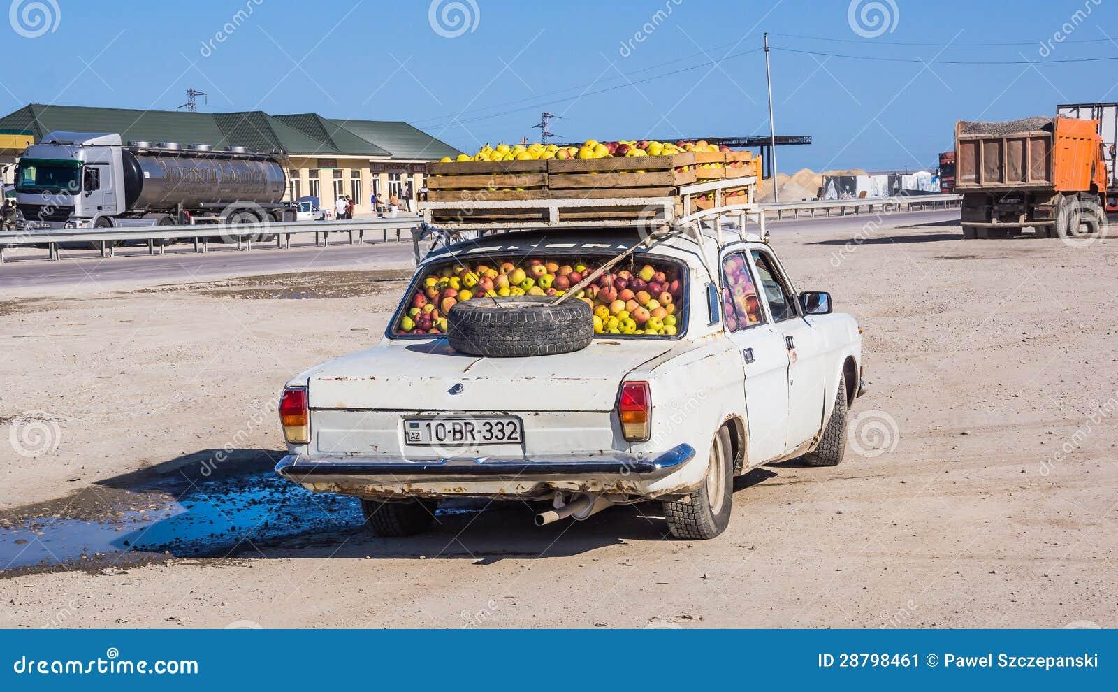 Vieux type véhicule entièrement chargé avec des pommes