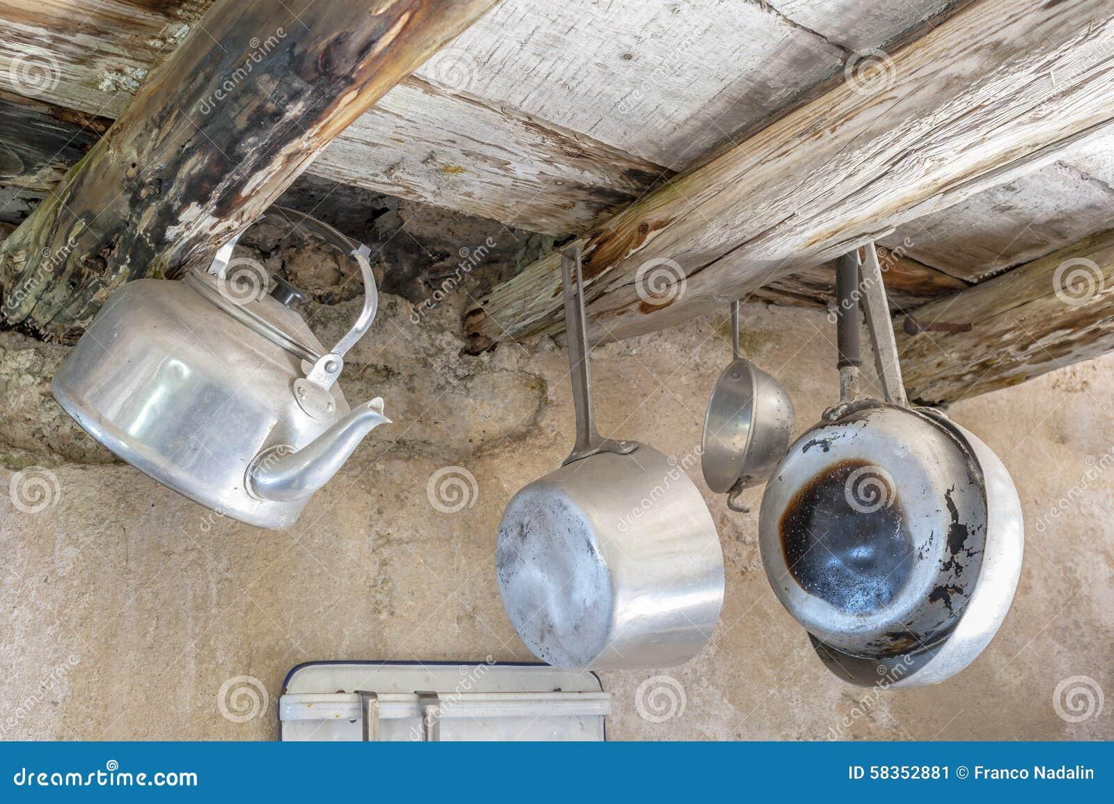Vieux ustensiles de cuisine en aluminium image stock - Vieux ustensiles de cuisine ...